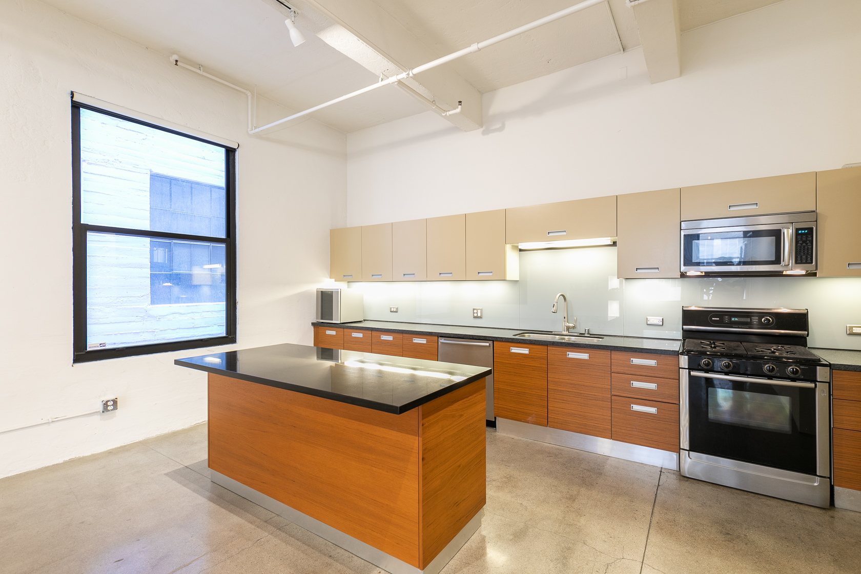 ROOFTOP POOL | DTLA LOFT LIVING | AMAZING AMENITIES | PARKING IN BUILDING | CLOSE TO ALL THE GOOD EATS!