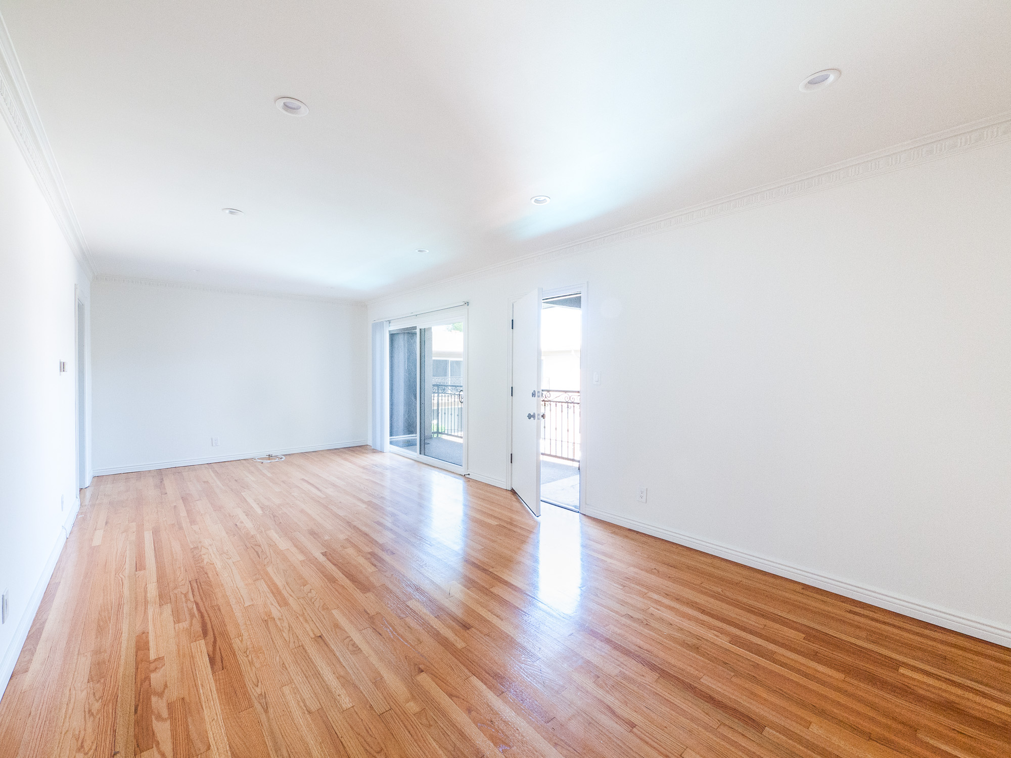Near Metro! Spacious, Updated 2 BD in Mid-Century Courtyard Building with Pool
