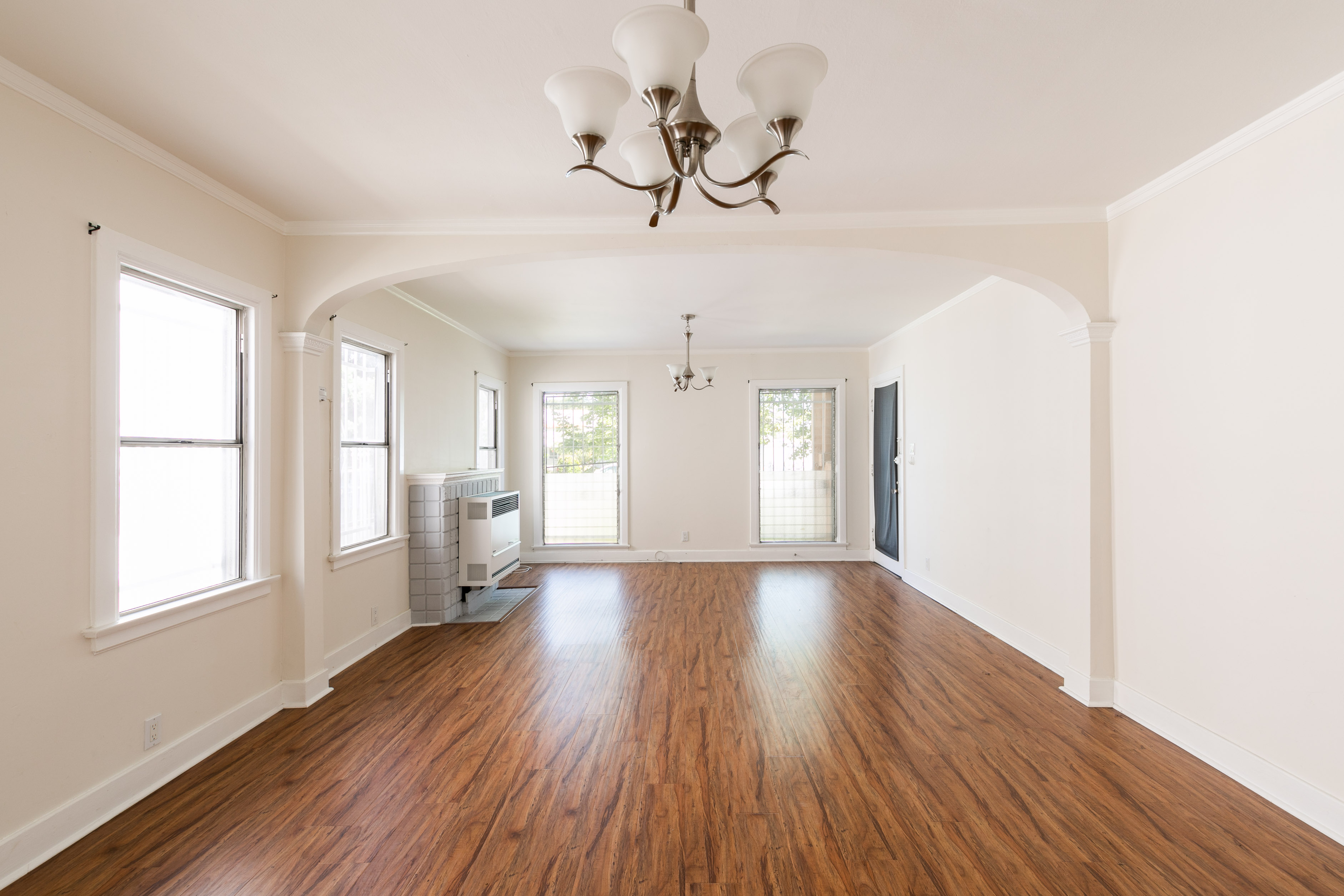 Magnificent & Large 1 Bedroom Right Off of Melrose! Parking space included! Washer/ Dryer in Unit!