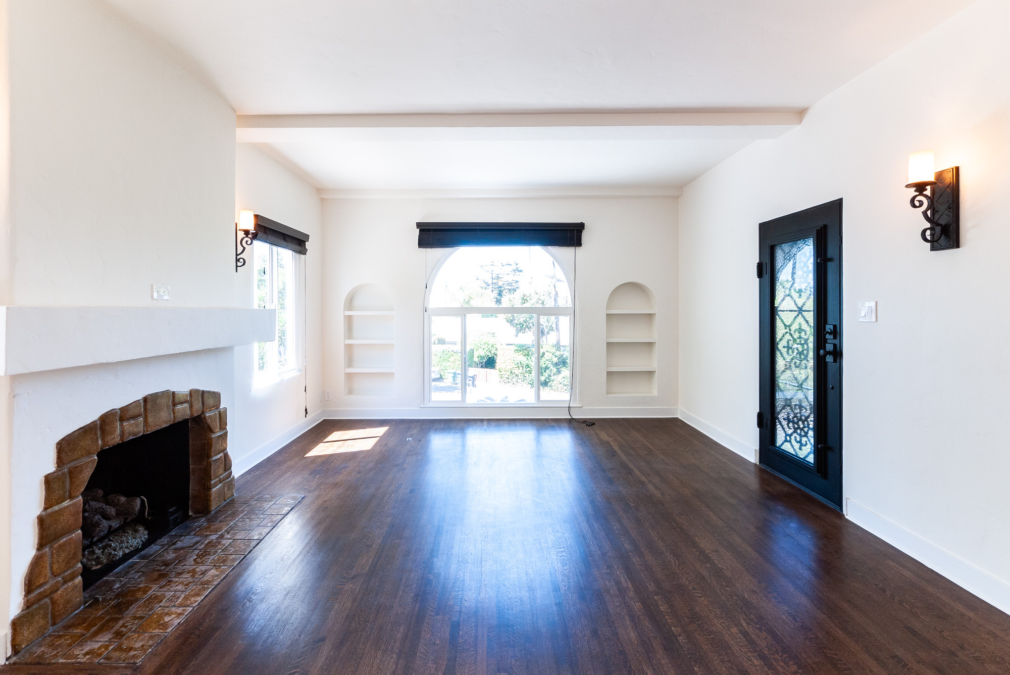 Stunning! Immaculate, Renovated Spanish-Style 2 BD / 1BA Duplex in the Coveted Miracle Mile