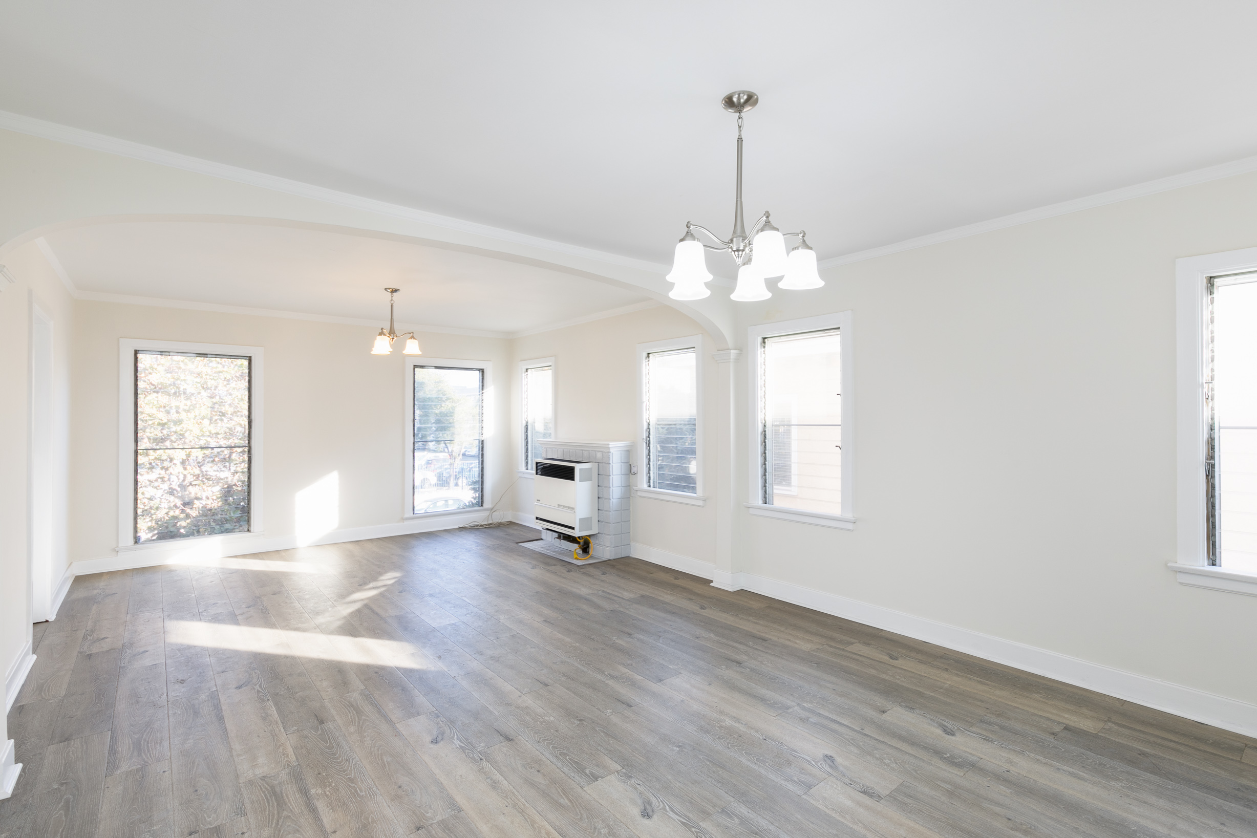 Magnificent & Large 1 Bedroom Right Off of Melrose! W/ Shared Balcony & Parking!