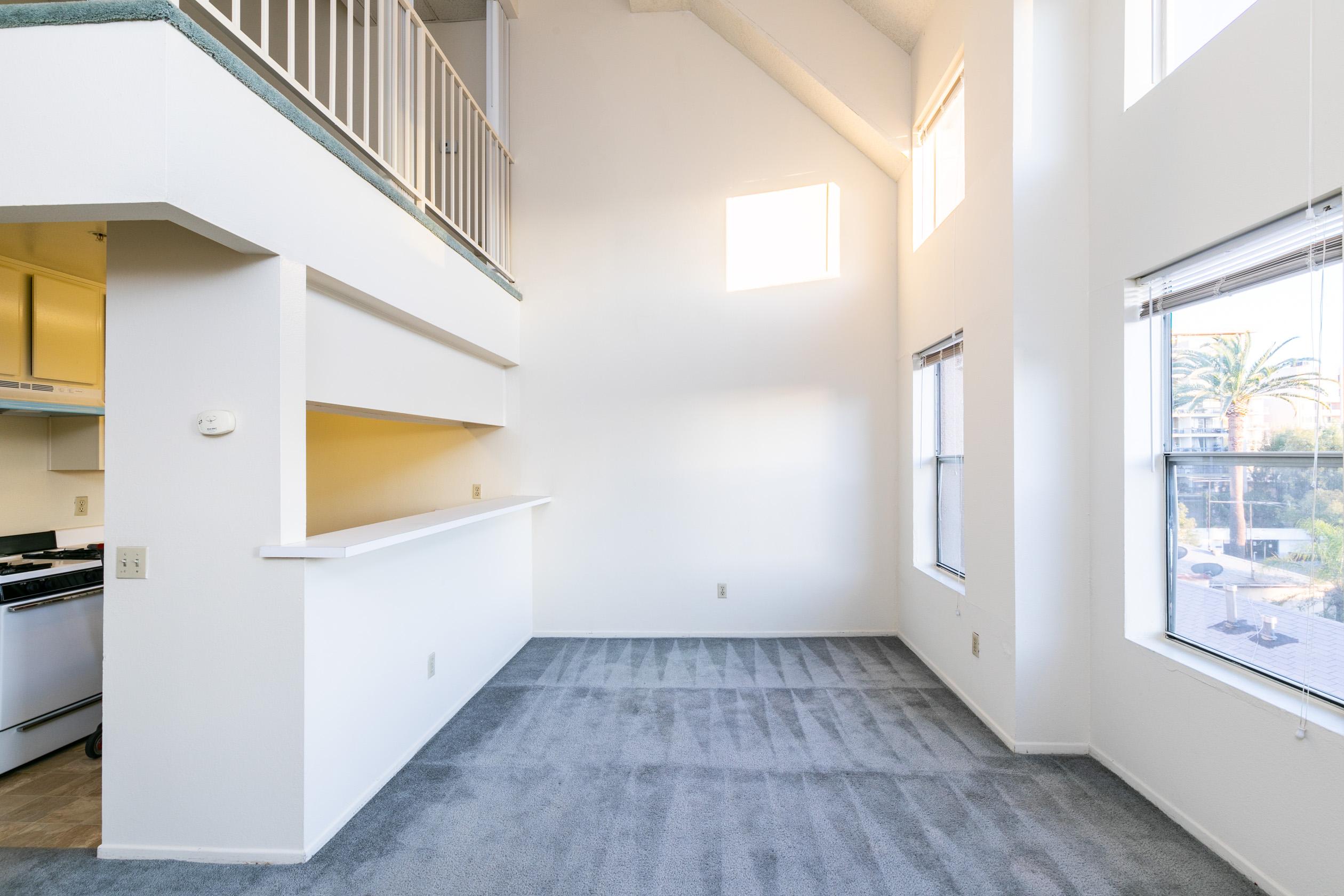 1BD LOFT |Atrium Ceilings | Double Height Windows | Central Air|1 Parking Spot