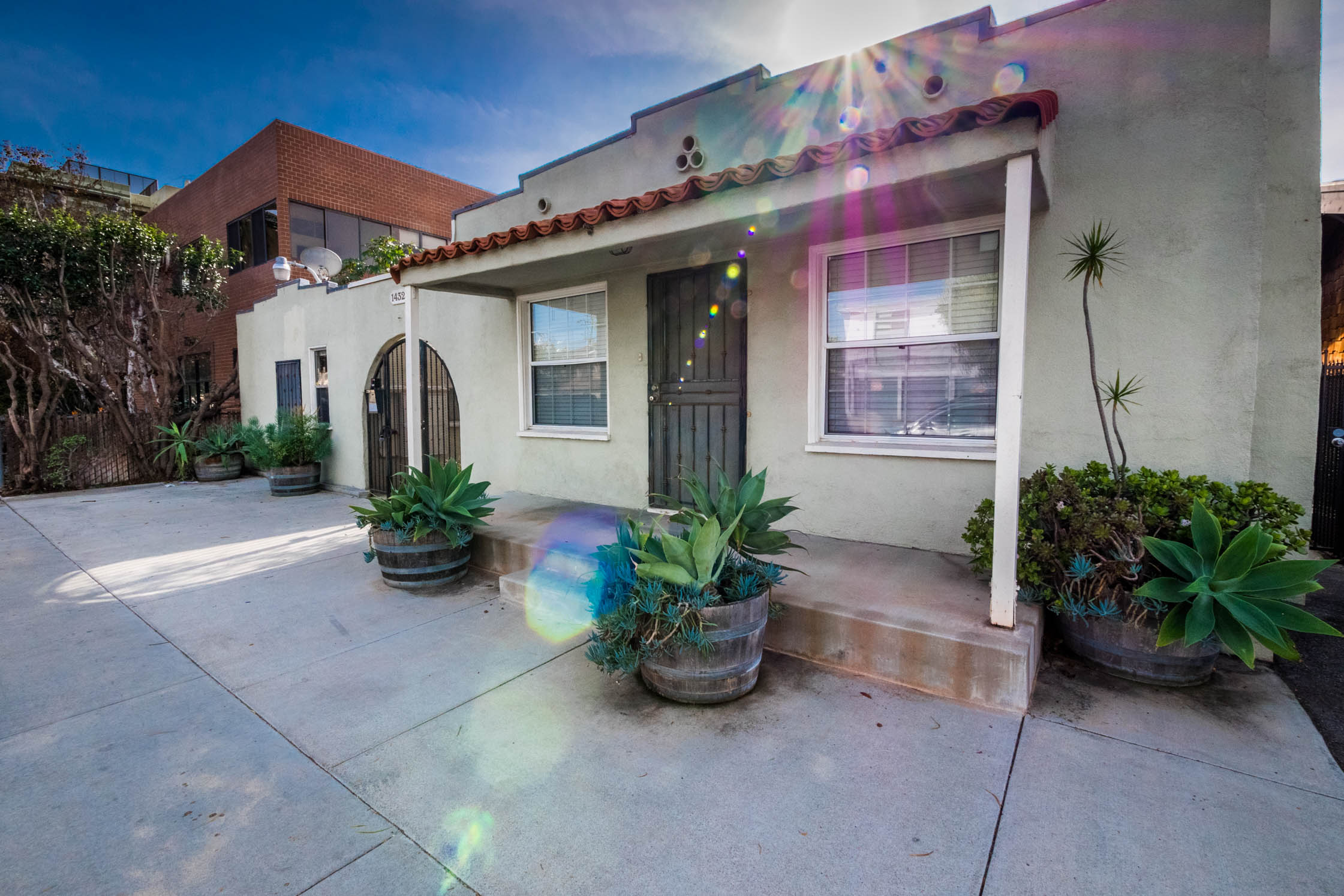 Cozy and Quaint Bungalow­ Style 1BD with ALL Utilities INCLUDED in Killer Santa Monica Location!