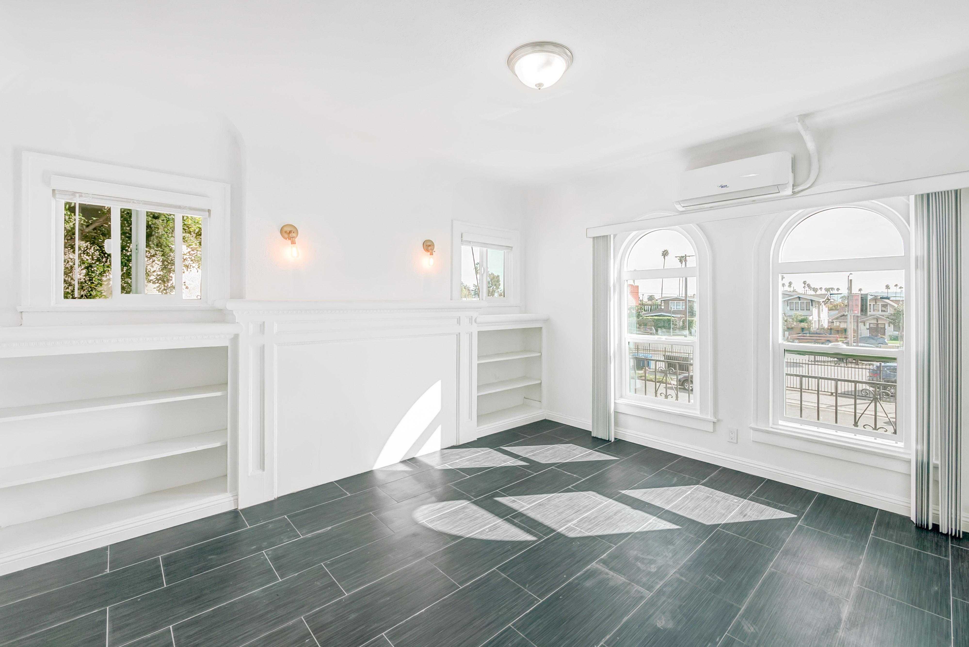 Newly Renovated 2BR/2BA Duplex Unit w/ Decorative Fireplace!