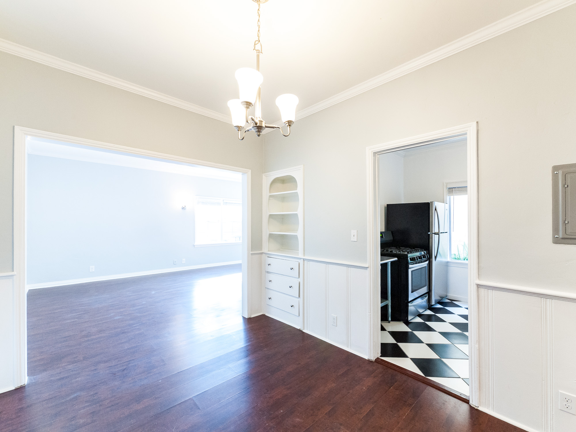 Tastefully Remodeled Wrigley Apt |Original Charm fused with Modern Fixtures Throughout | Onsite Laundry | Minutes from DTLB!