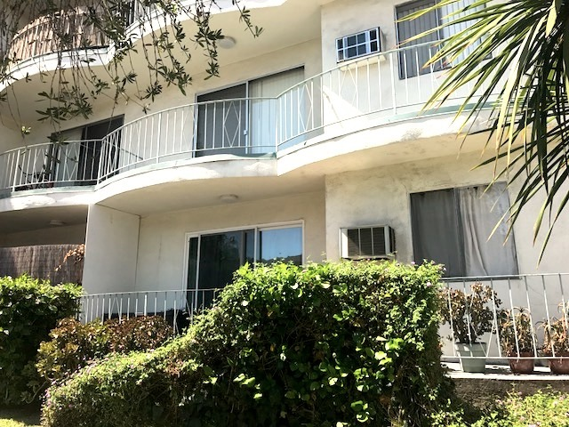 Spacious and updated one bedroom apt just steps to Ventura!