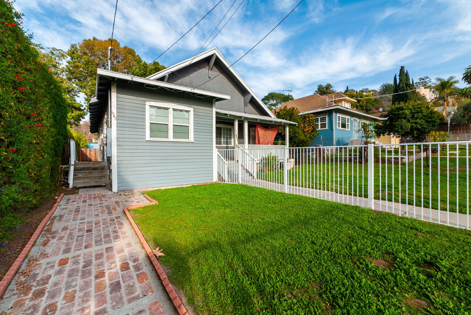 Spacious Echo Park Duplex | Front Yard | Large Back Patio | All NEW Appliances