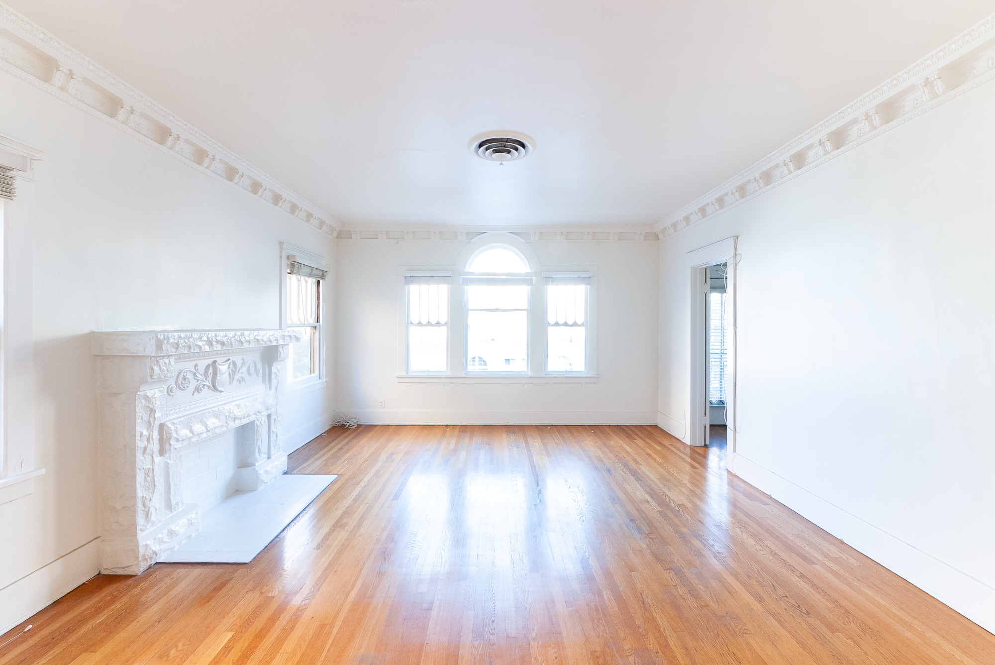 Old World Beauty! Sprawling Upper  2 Bed/1Bath - Real Hardwoods - Washer/Dryer Hookups - Garage - Perfect K-Town Location!