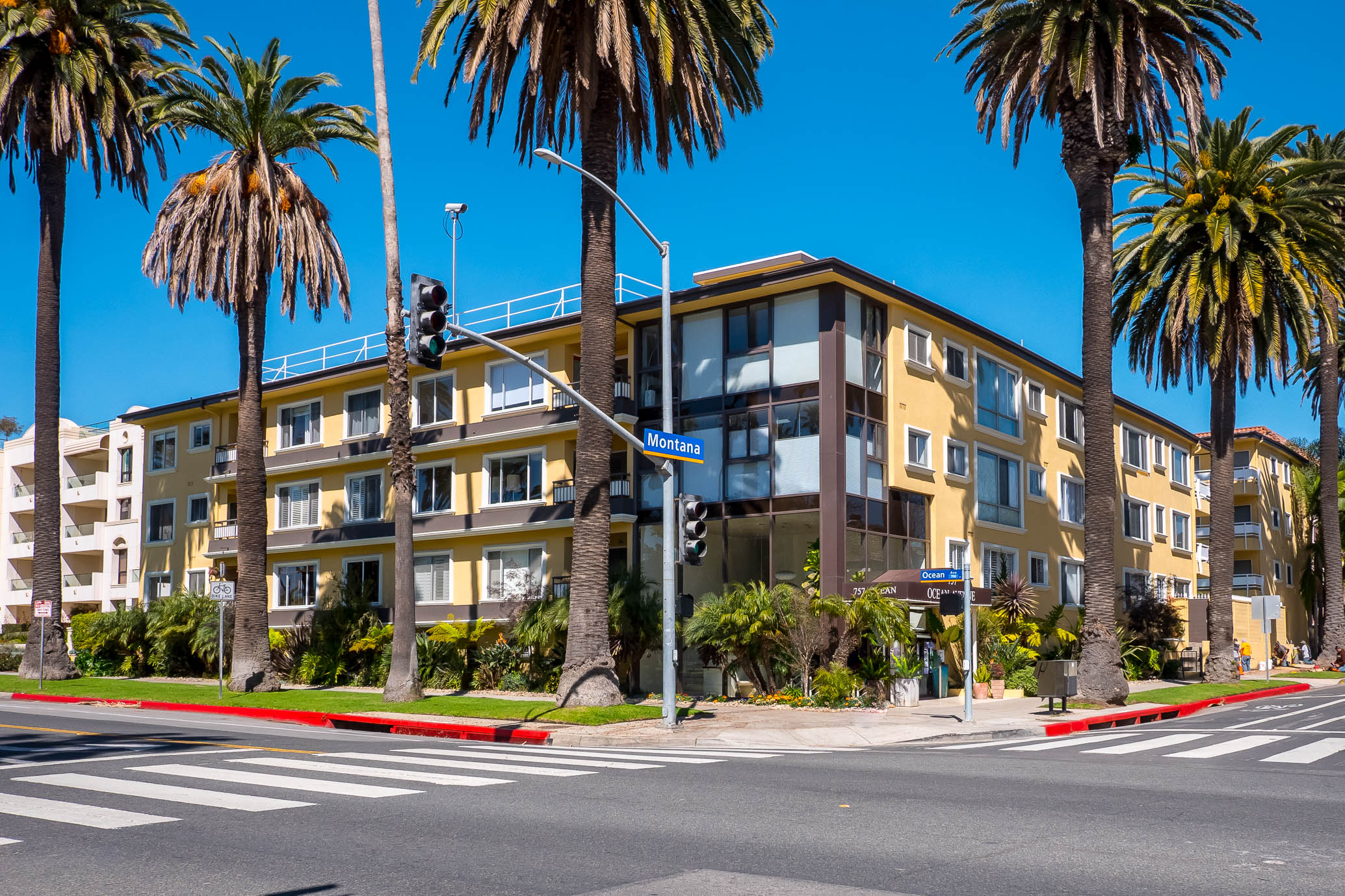 Best Location in Santa Monica - 2nd Floor Condo with Pool & Rooftop with Ocean Views - All Utilities Included!