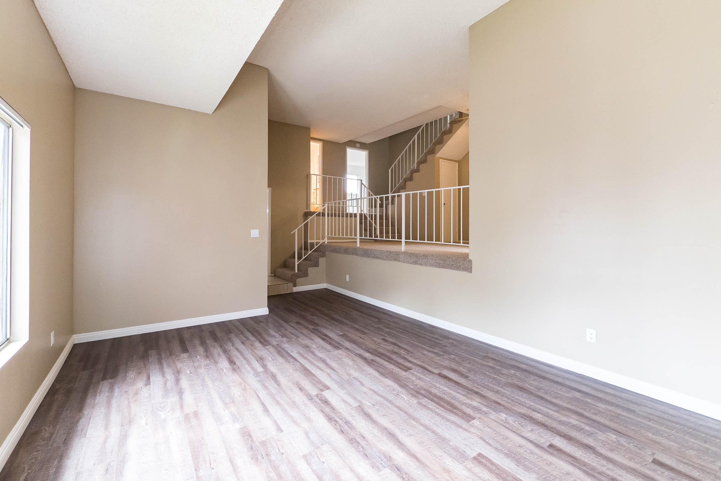 BRIGHT AND SPACIOUS LOWER FRONT FACING S. REDONDO TOWNHOME