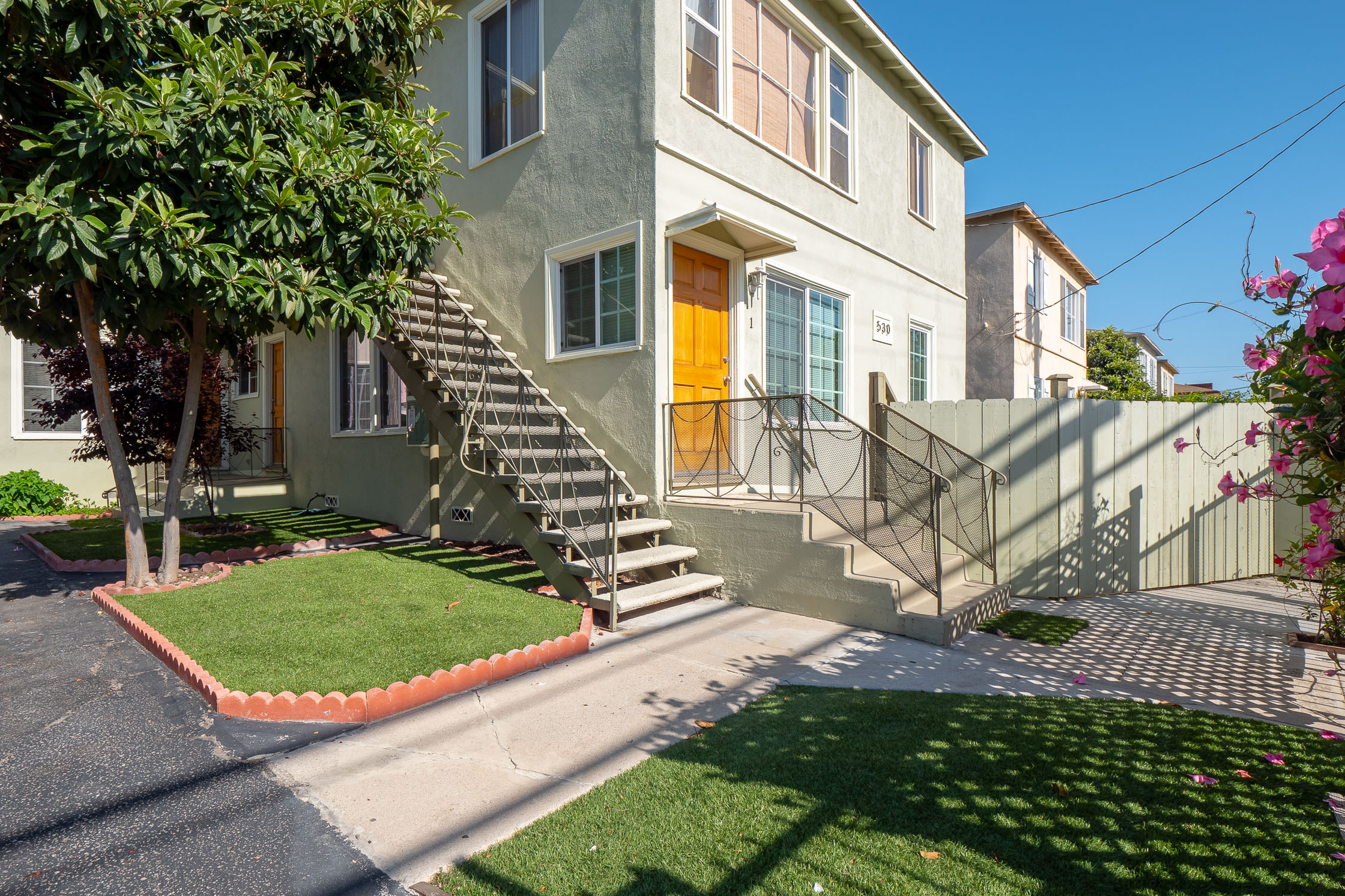 Darling Mid-Century 2 Bed/ 1 Bath in Hip Larchmont Village w/ Private Front Yard!
