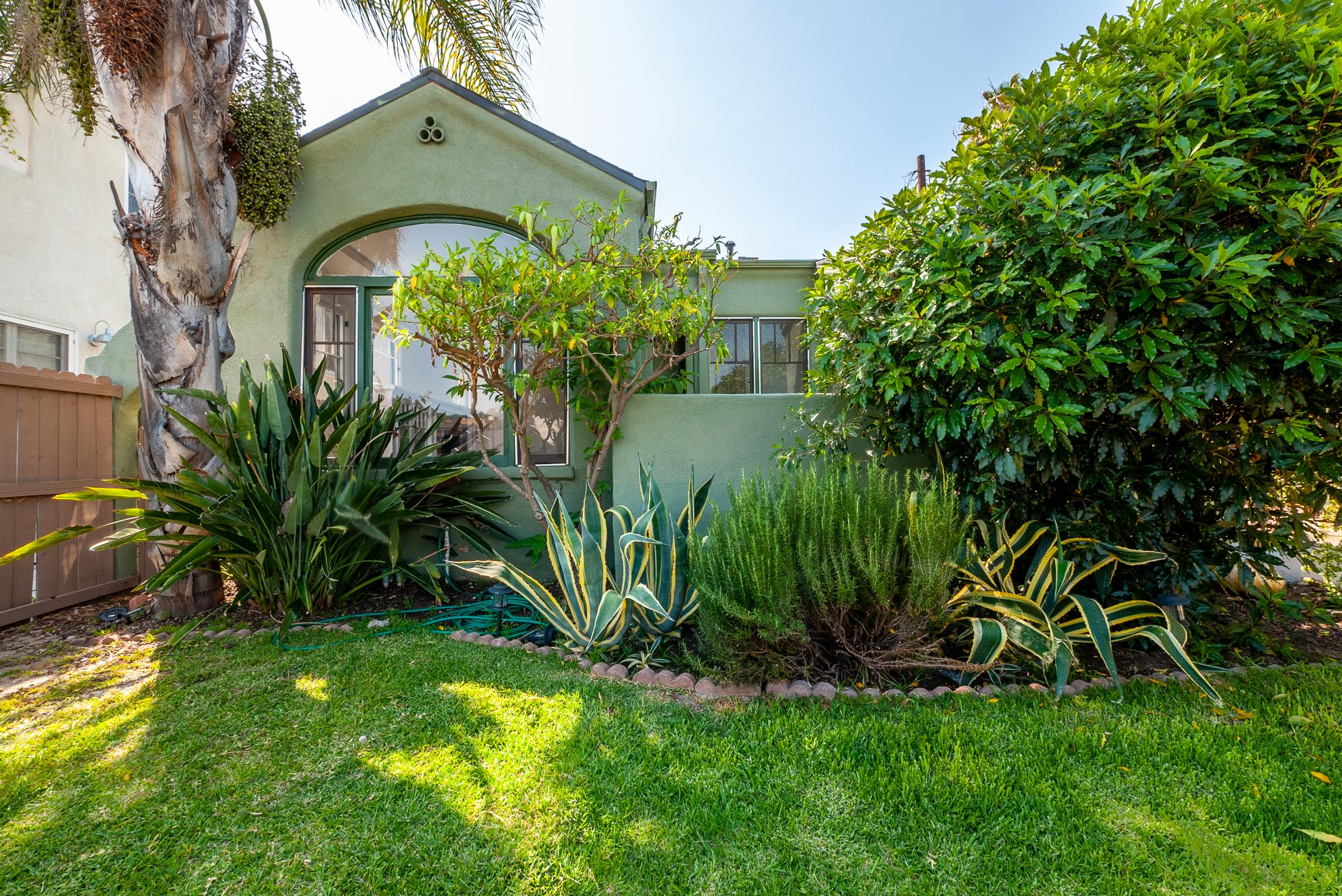 DARLING SPANISH STYLE FREESTANDING HOME | PRIVATE FRONT YARD | BUILT-INS GALORE
