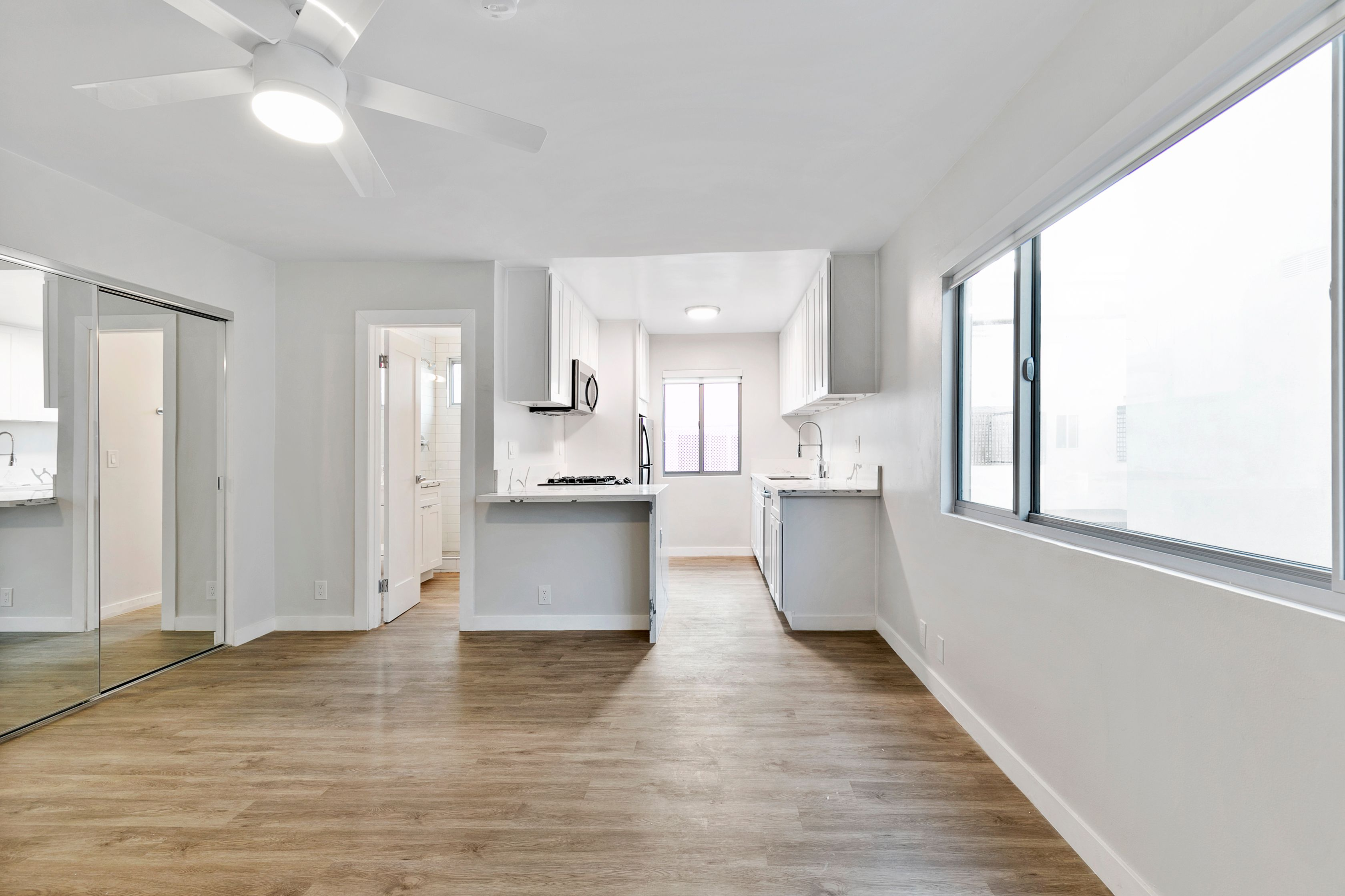 Totally Dreamy Santa Monica Studio with All Appliances and Parking!