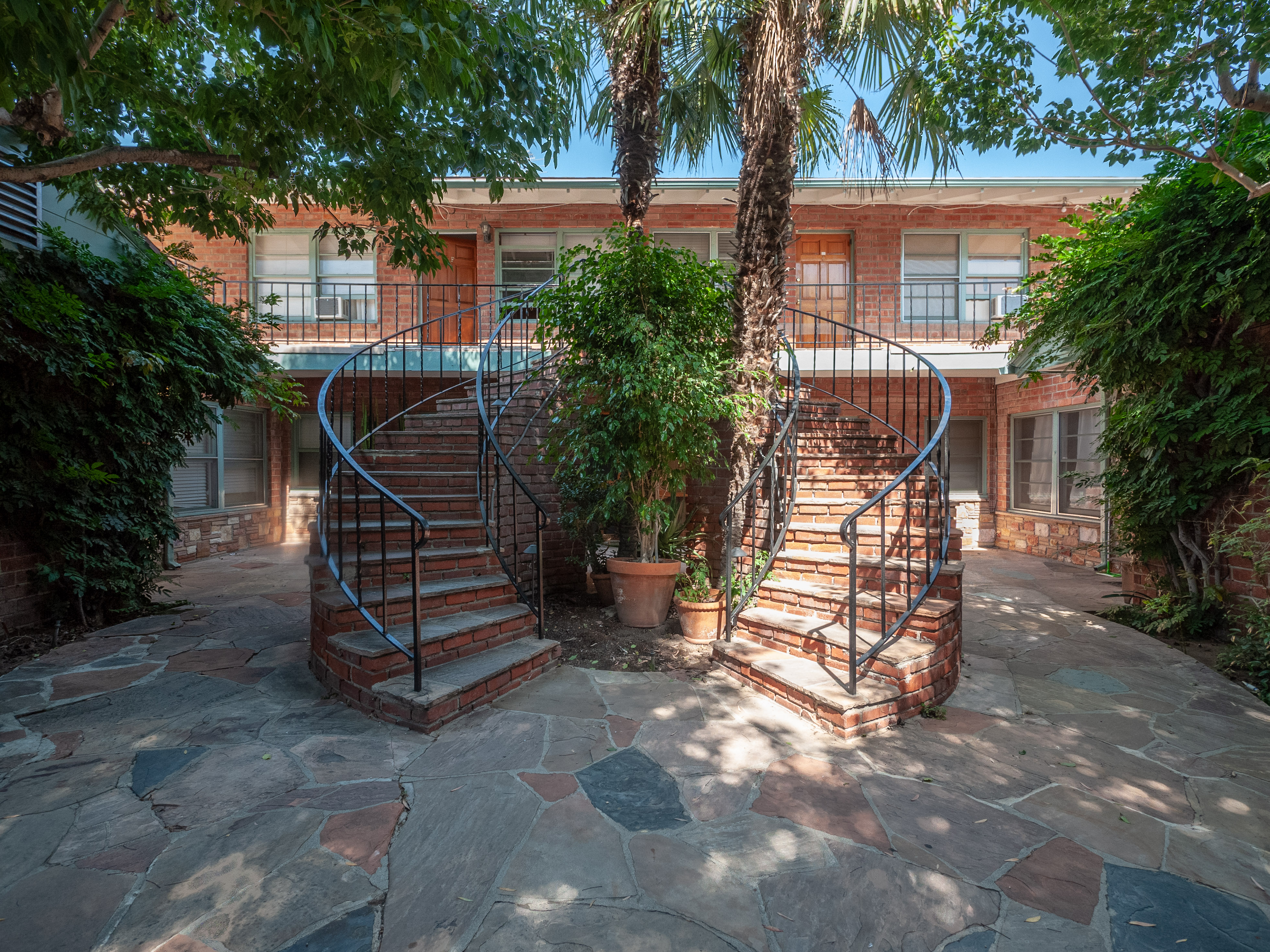 Brick & Beach Vibes In Santa Monica 1st Floor 1BD Condo With Bonus Room & Parking