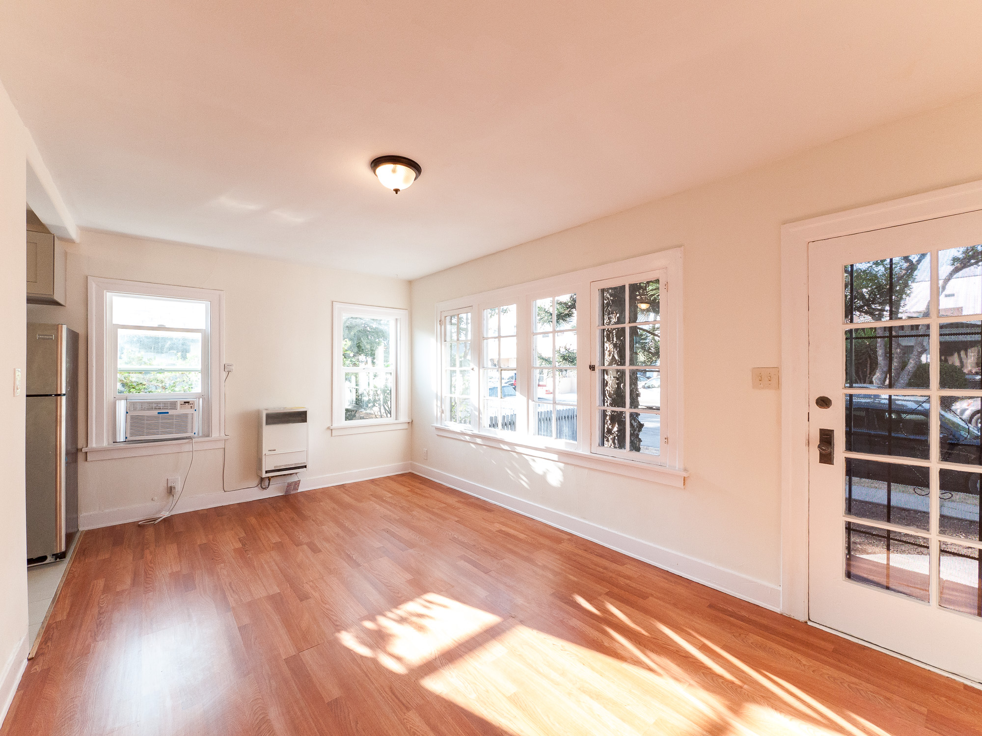 ADORABLE 1-BED in 4-PLEX- FULLY LOADED KITCHEN, WASHER/ DRYER, & PARKING!