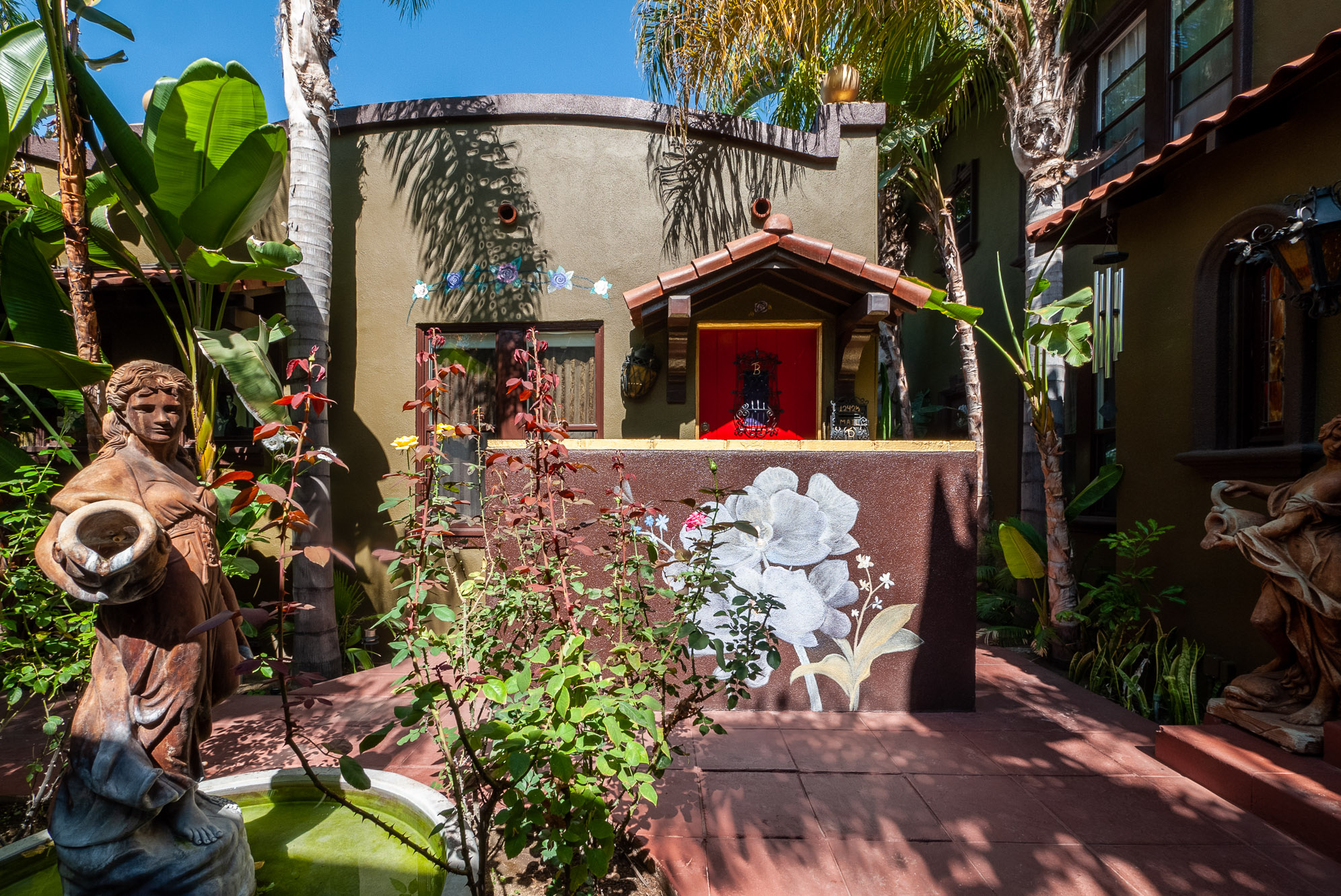 Serene 1 BR Bungalow Nestled in the Heart of Hollywood! Hardwood floors. Communal Outdoor Grill and Parking Included...