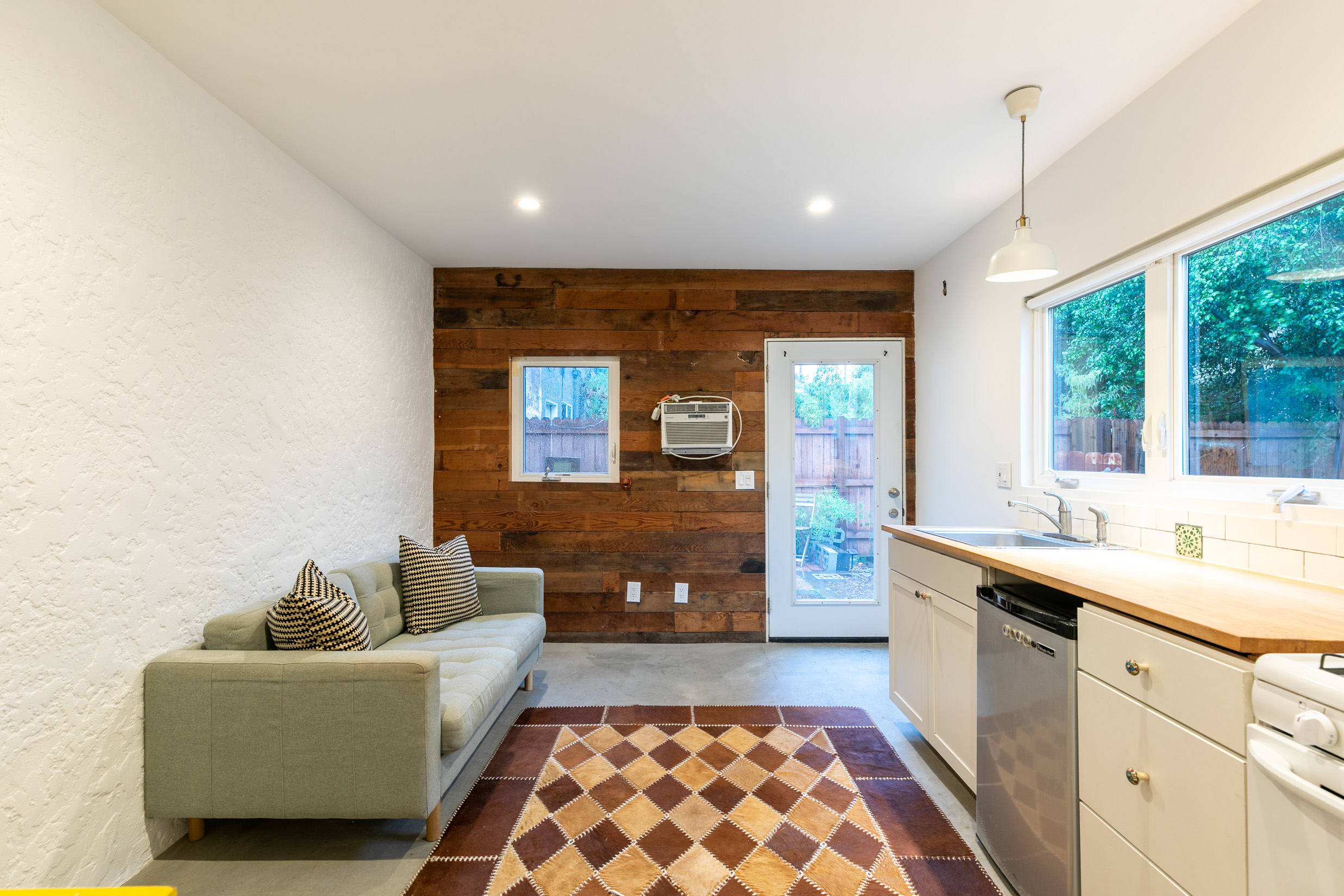 Your Valley living dreams can come true with this ADORABLE guest house in the heart of the energetic NoHo Arts District!
