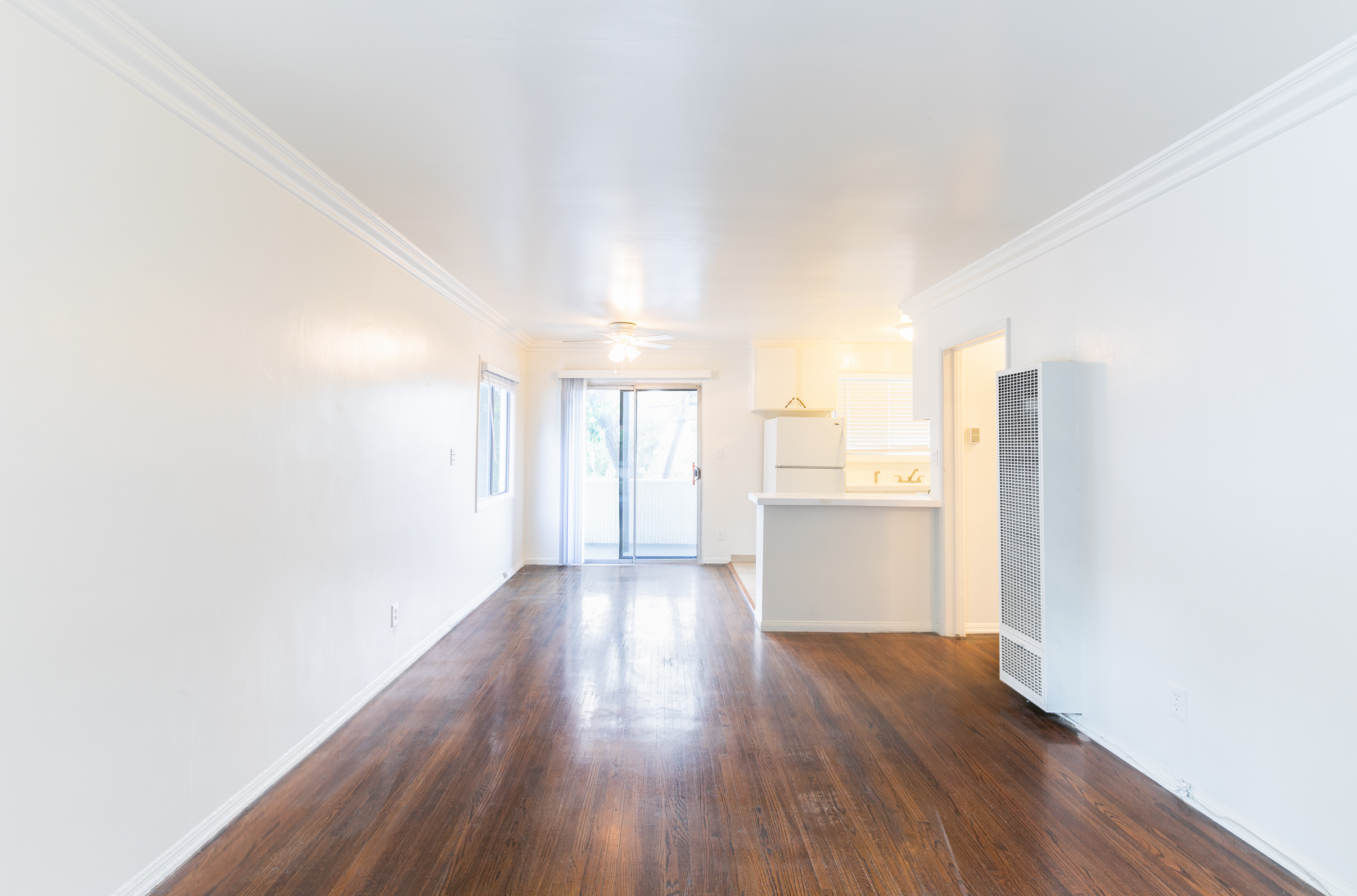 LIGHT AND BRIGHT 1 BED/1BATH-  PRIVATE OUTDOOR PATIO - CLOSE TO METRO AND 101!