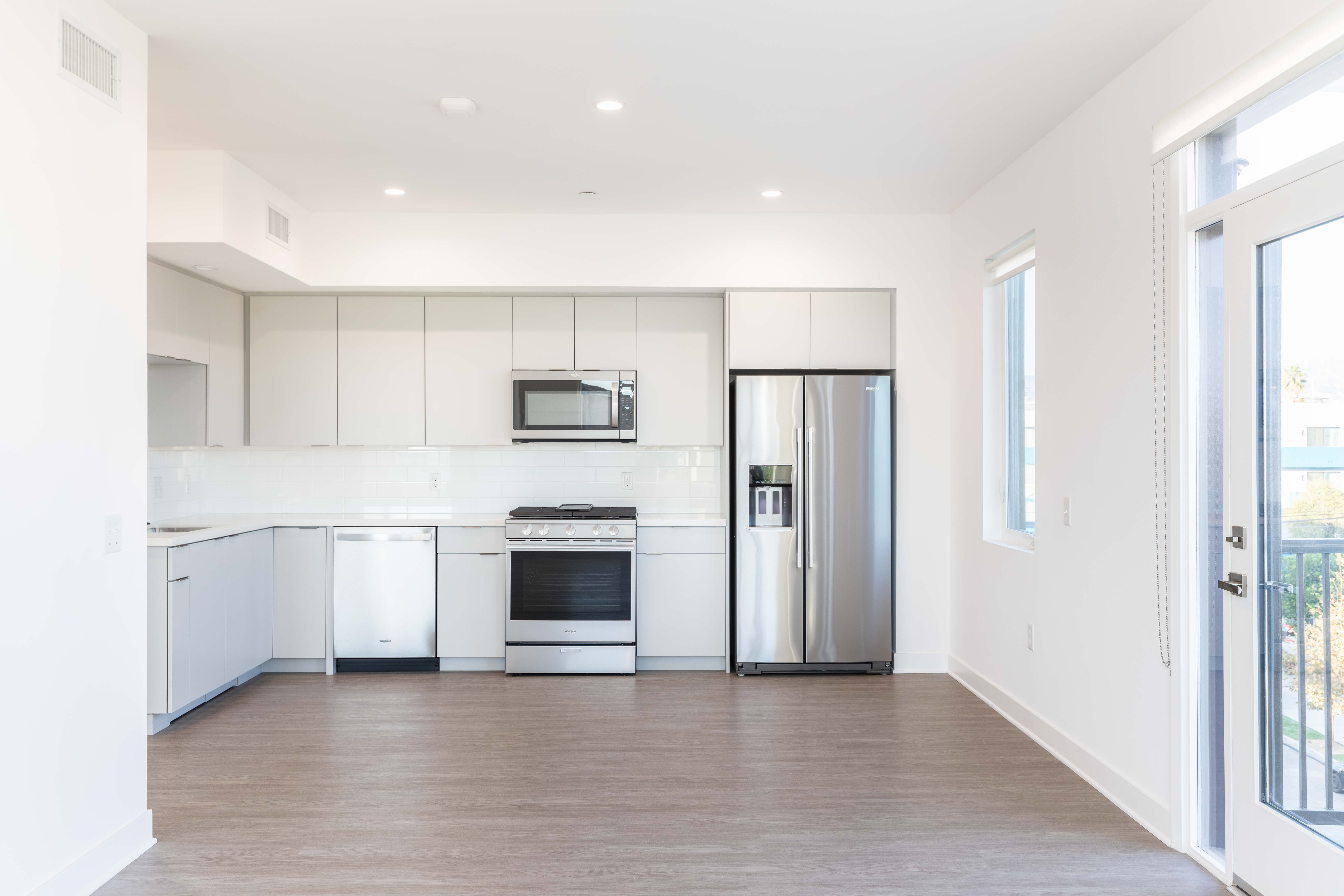 Luxurious Hollywood 2BR/2BA in a Brand-New Building, Balcony & Tandem Parking
