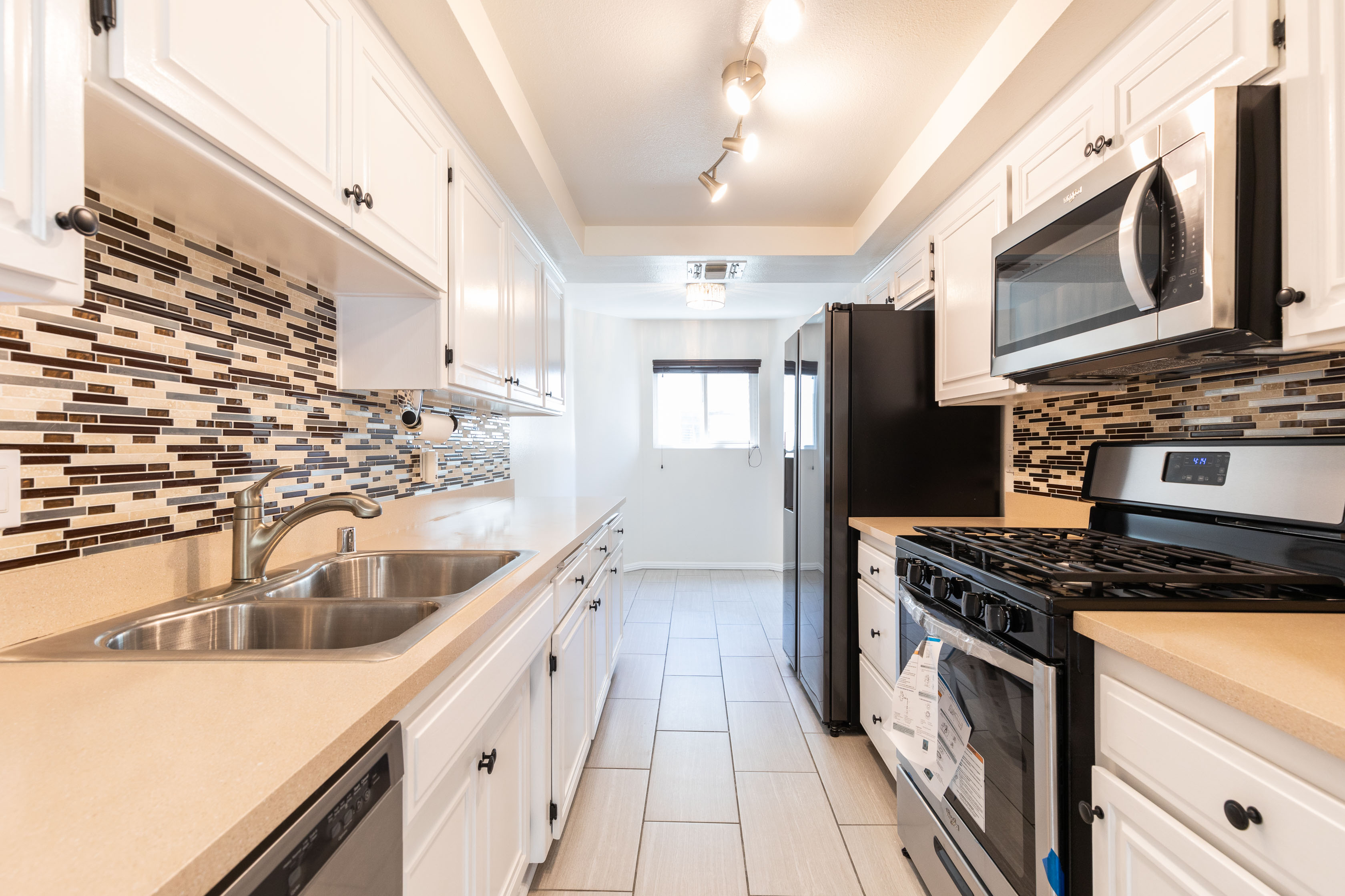 BEAUTIFUL FOUR LEVEL RENOVATED CONDO 3BR/3BA IN VALLEY GLEN!