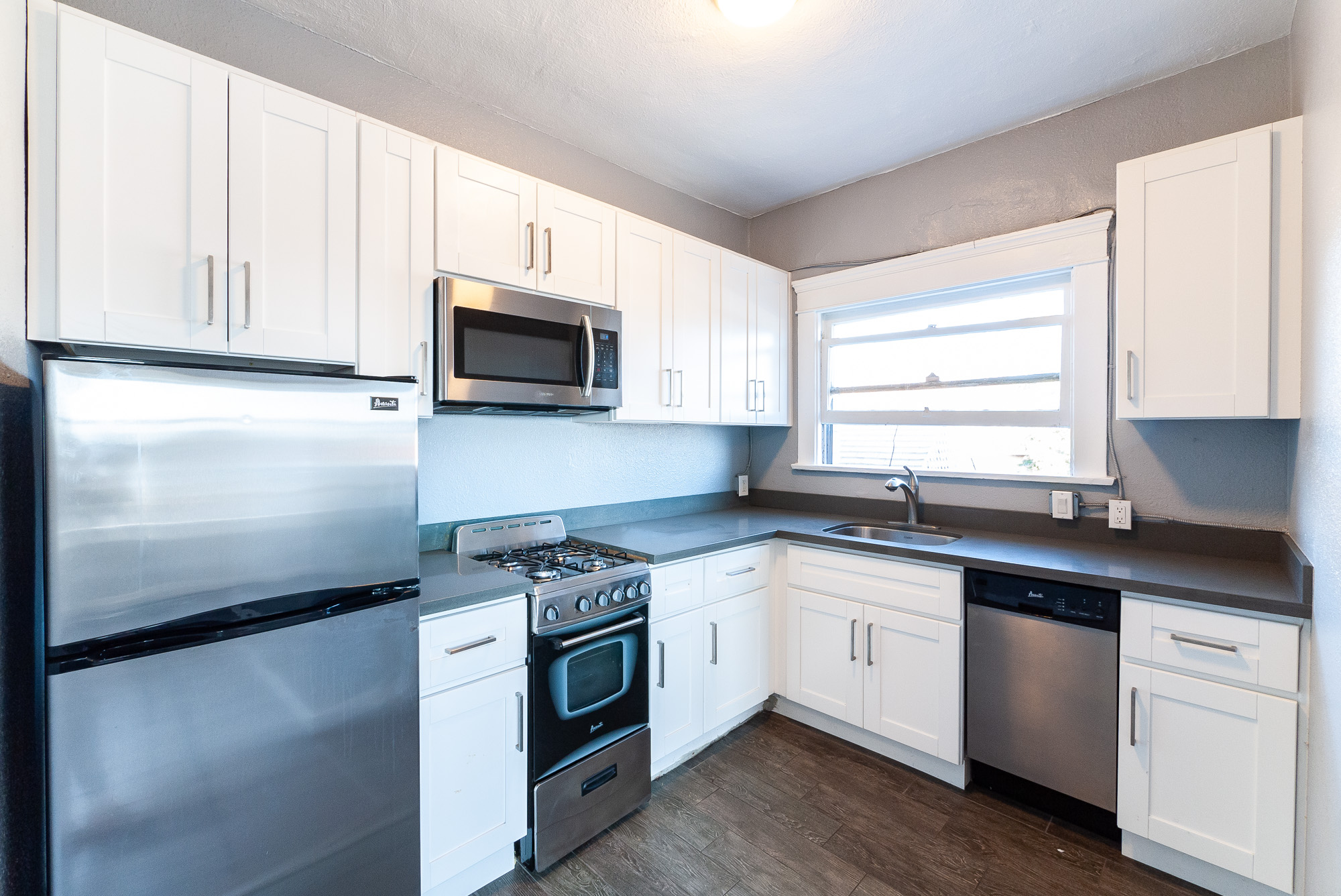 Prime Lincoln Heights 1 Bedroom + Den Option For Parking!   2 Weeks Free - Inquire For Deets!