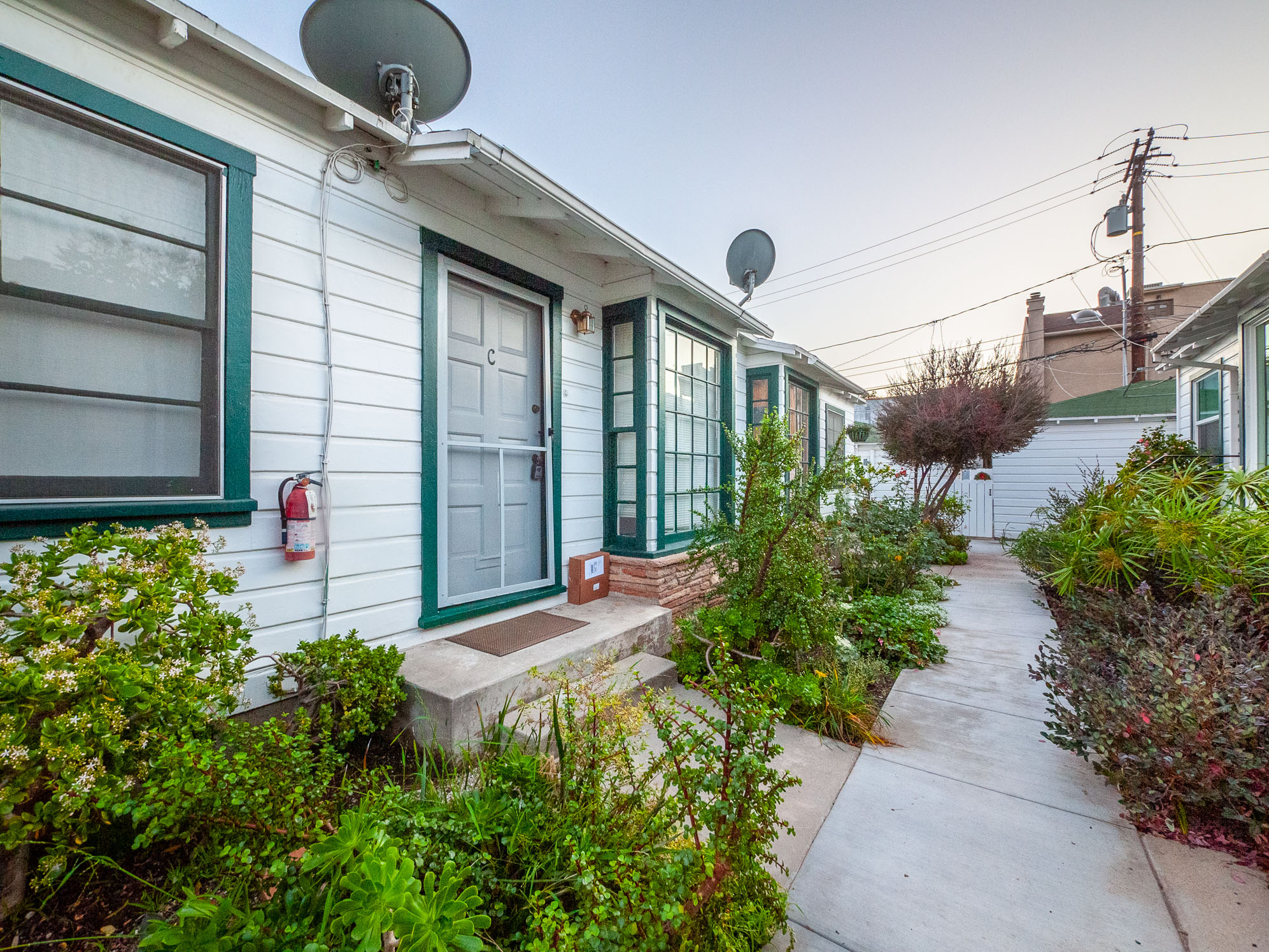 Charming 1 Bedroom Bungalow Located In Central Santa Monica!