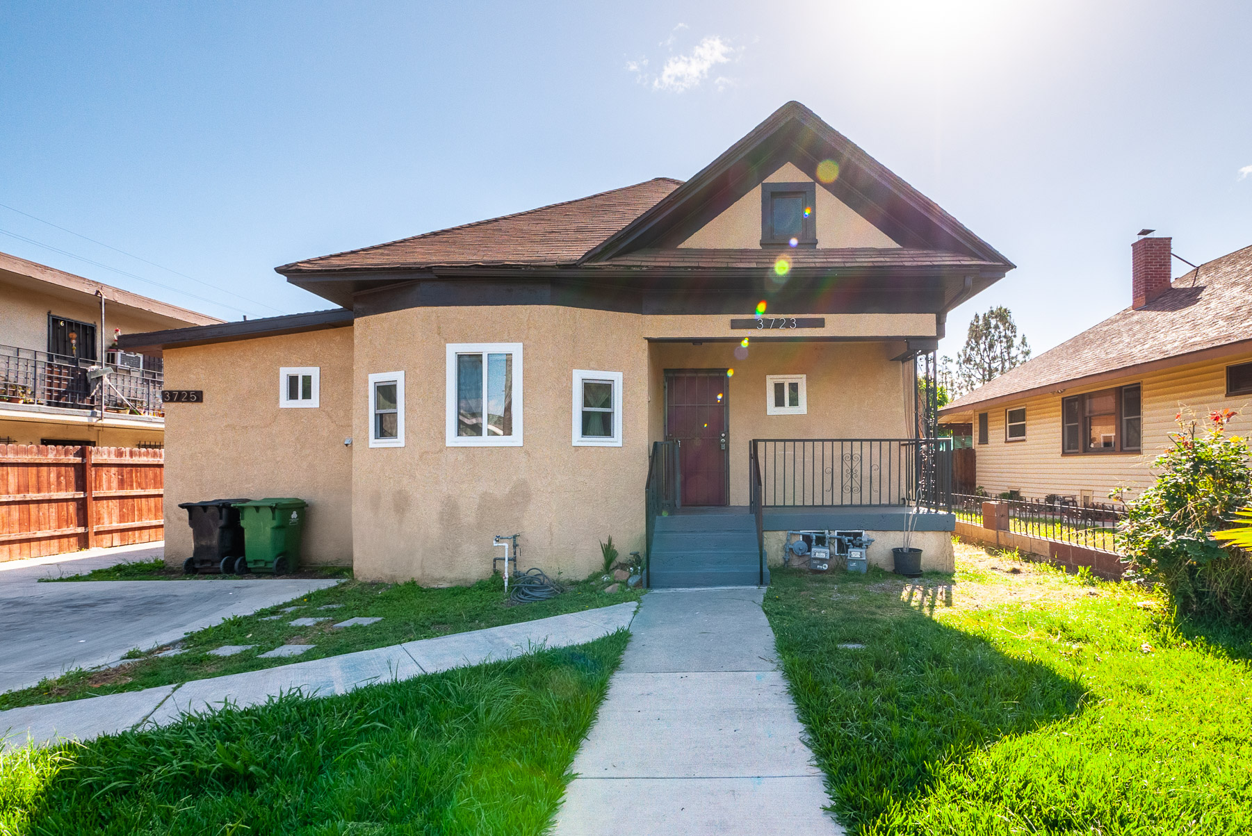 SPACIOUS RENOVATED 3 BED DUPLEX | MINUTES FROM HIGHLAND PARK | FRONT PORCH AND FENCED YARD | IN-UNIT LAUNDRY
