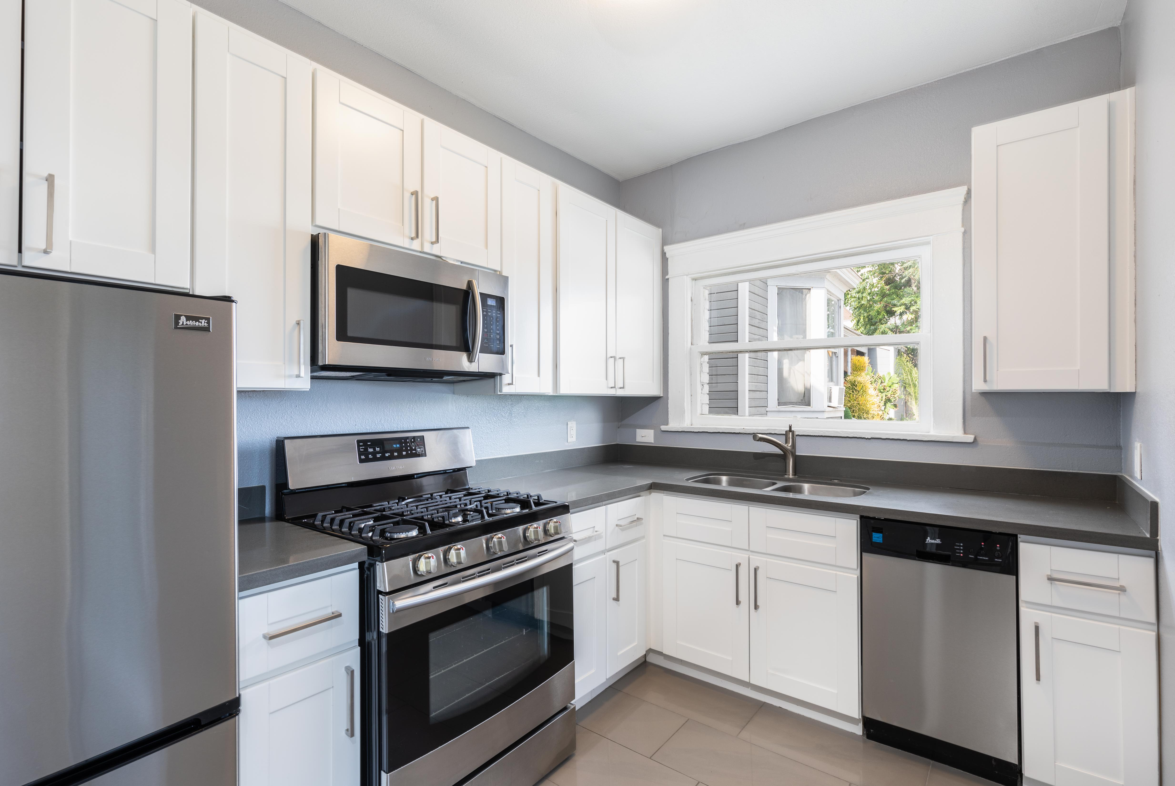 Prime Lincoln Heights 1 Bedroom + Den   All Appliances Included   Option For Parking!