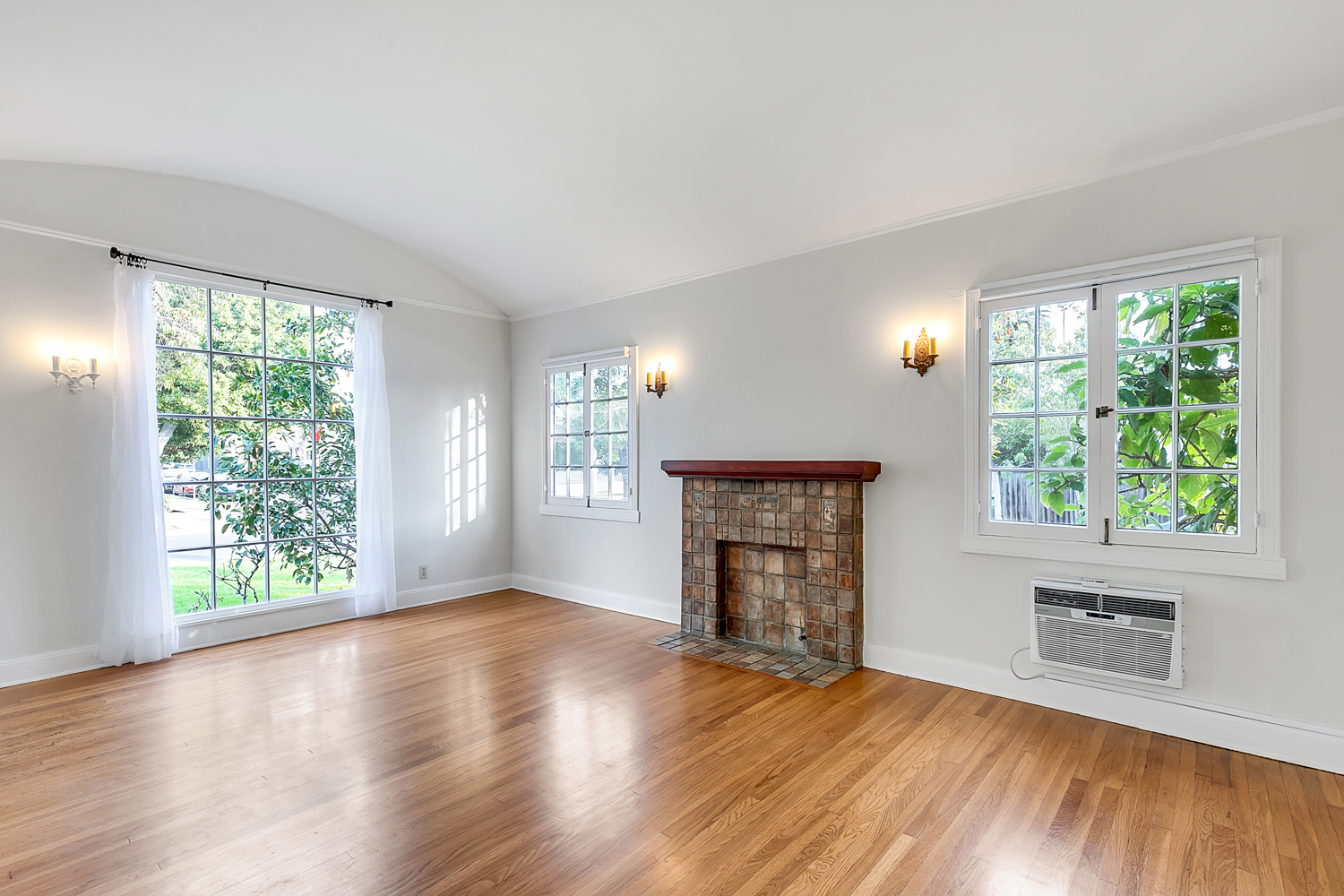 Adorabably Prestine 1920s 2BR/ 1BA Unit in Duplex w/ Private Yard and Driveway Parking