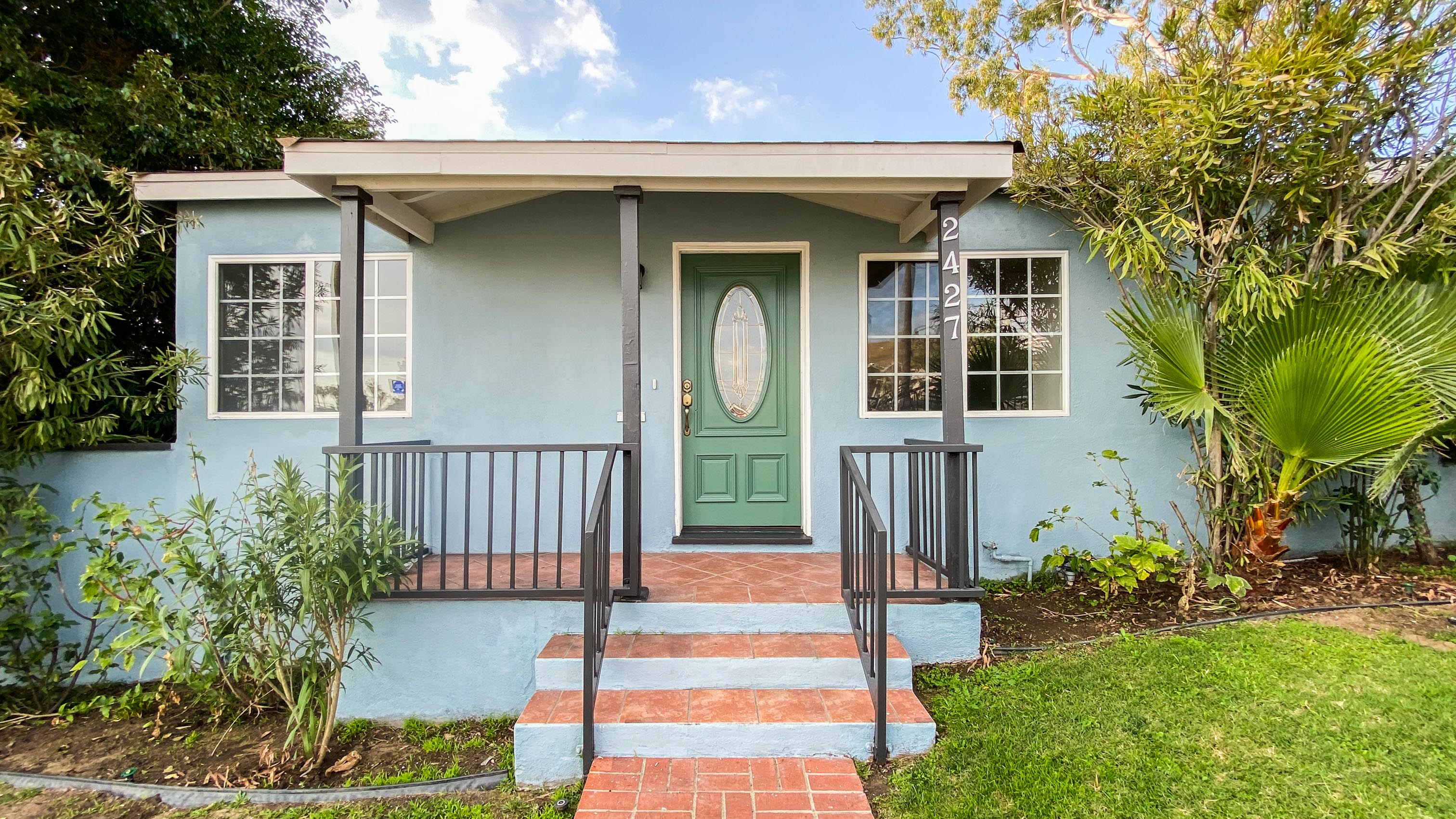 Beautiful West Adams Front Unit with Parking & In-Unit Washer & Dryer!