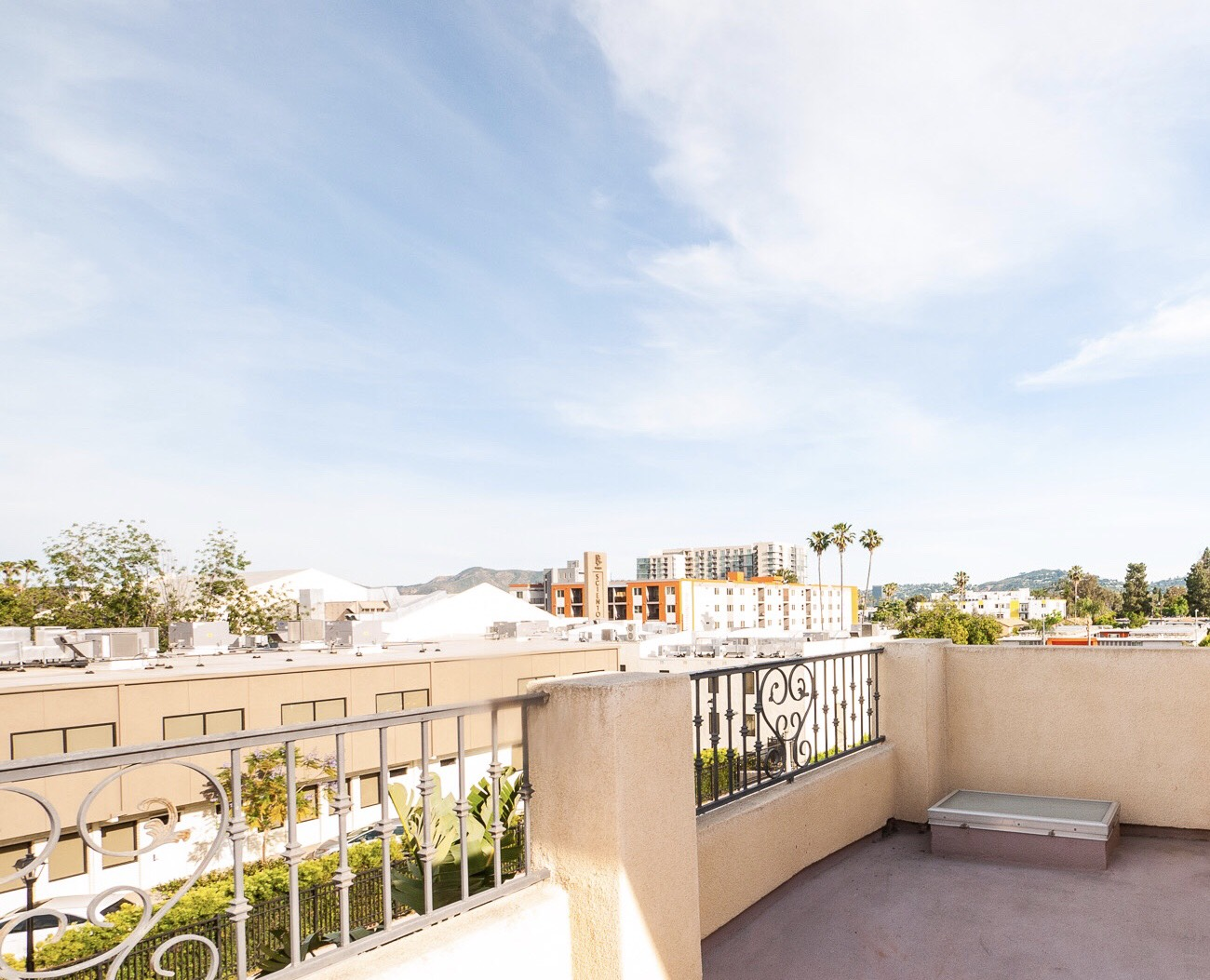 Close to Metro! Amazing 3 Story Townhouse with Rooftop Deck!