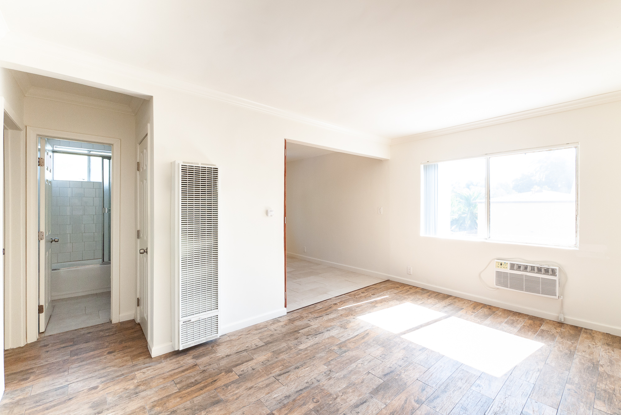 Bright and Breezy top floor unit, 2/1 with parking!