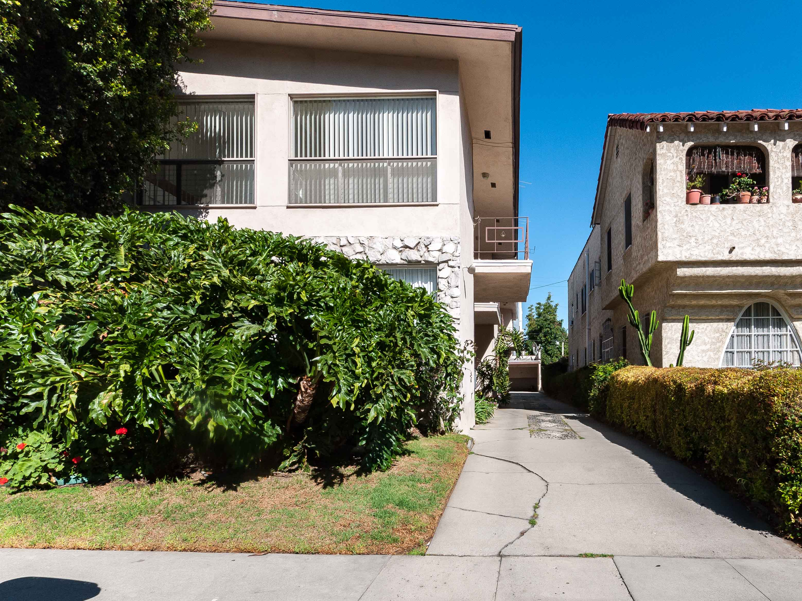 Mid-Century One-Bedroom in Beverly Grove w/ Balcony and Separate Dining!