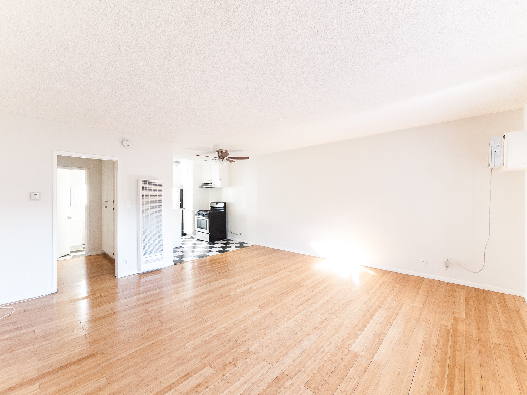 Cute Studio in Hollywood with LOADS of Potential! Parking included!