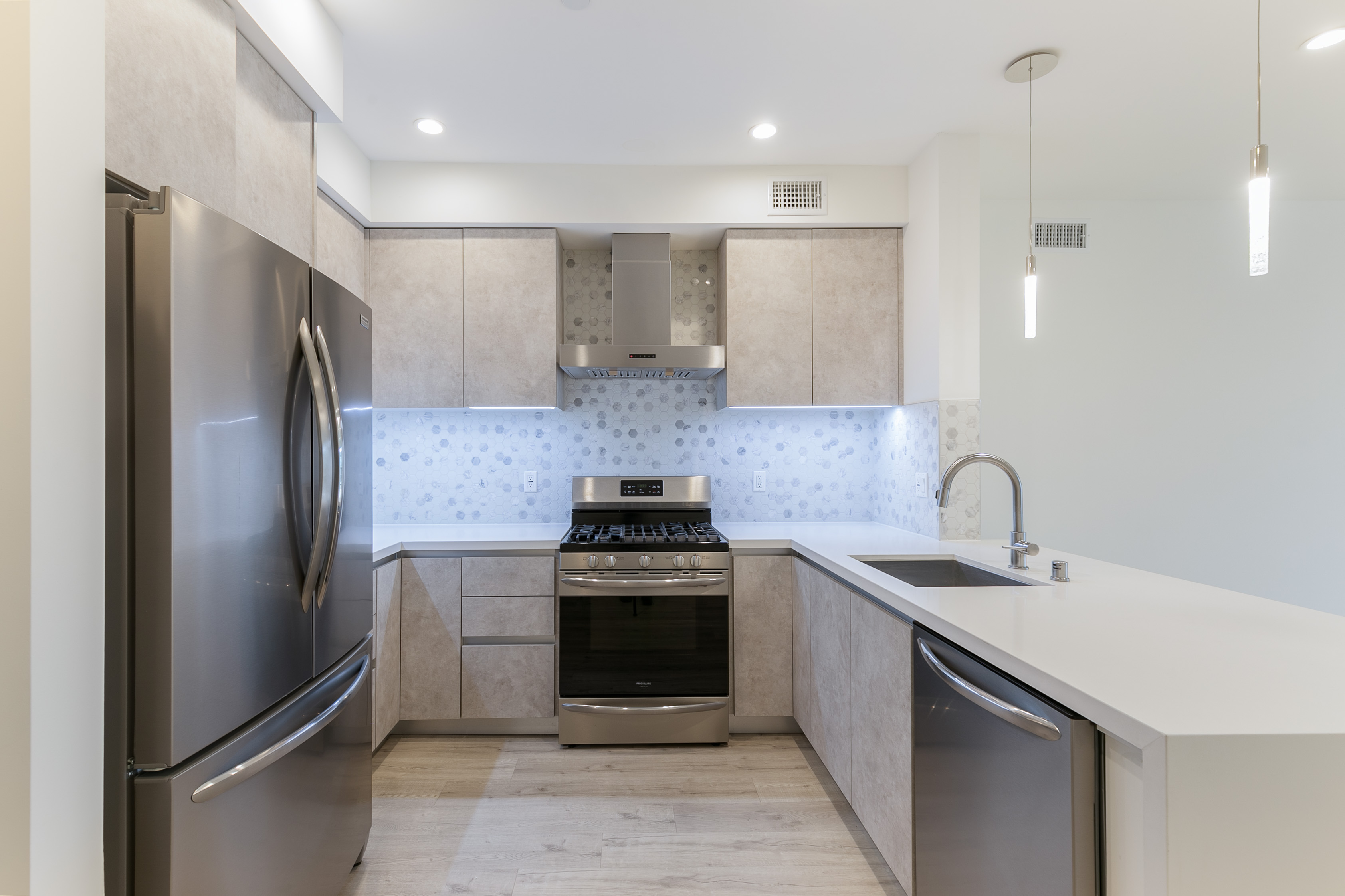 SOPHISTICATED 2BR/ 2BA W/ LARGE PRIVATE BALCONY, BUILDING GYM, & OUTDOOR COURTYARD!