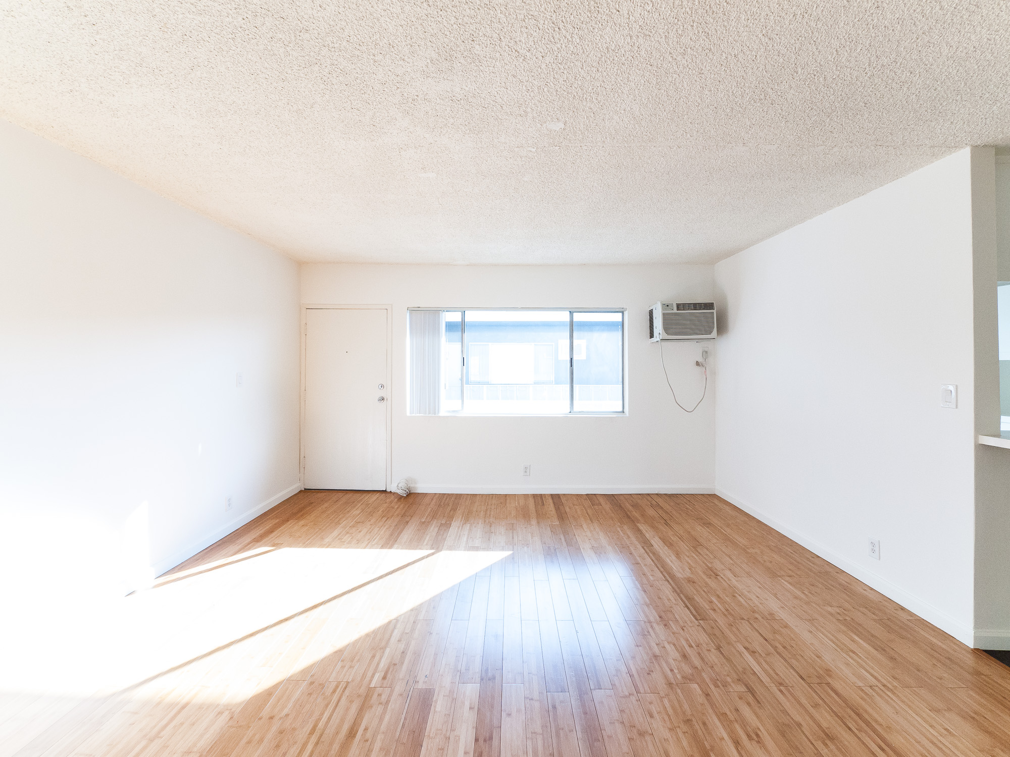 Heart of Hollywood- One Bedroom w/ Parking! Hardwood floors and Great Storage!