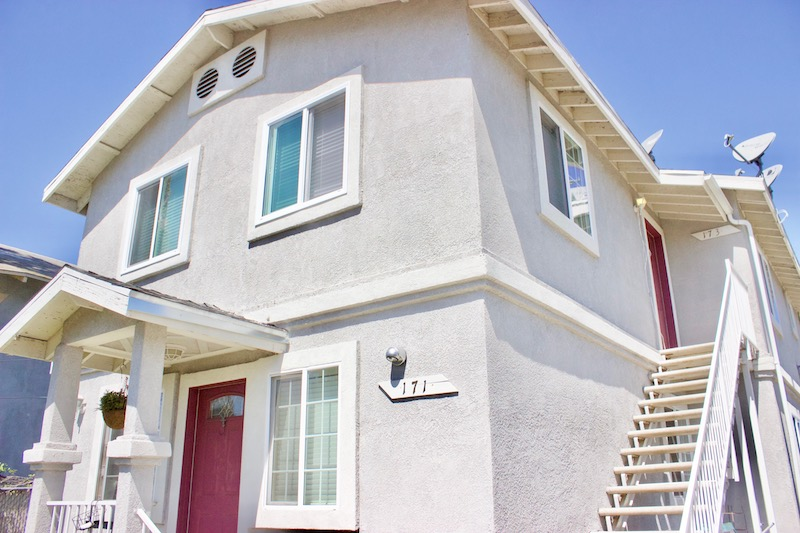 4 BEDROOMS   BRIGHT & SPACIOUS TOP FLOOR   ENTIRELY UPDATED   DOWNTOWN & HOLLYWOOD SIGN VIEWS   IN-UNIT LAUNDRY