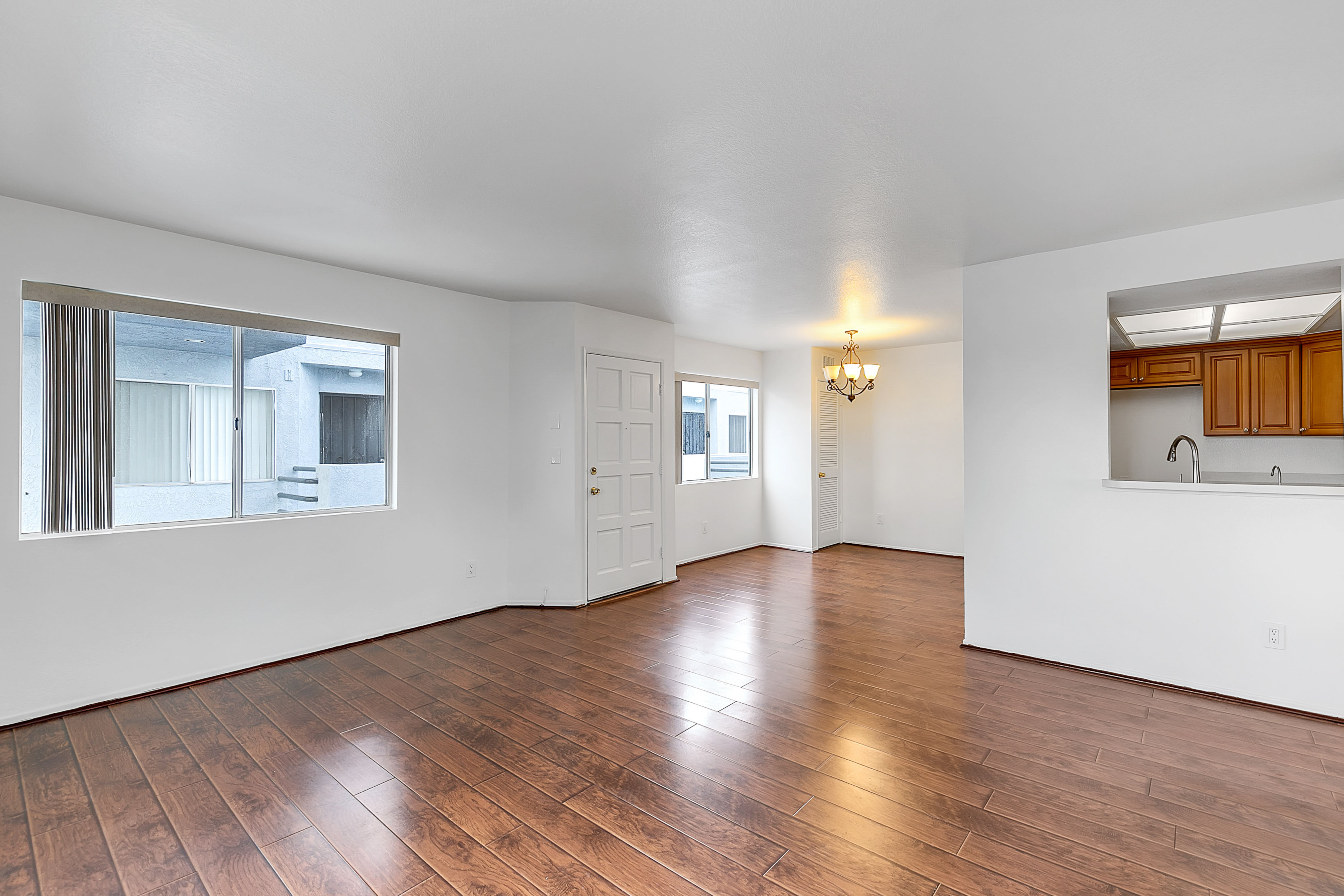 Amazing Deal! 2BR/ 2BA in Prime East Hollywood Location- tandem parking included!