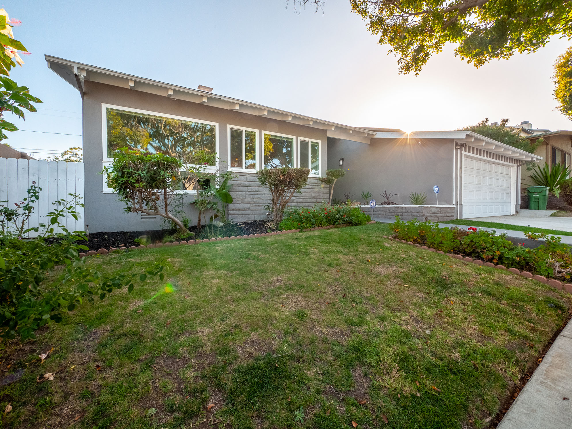 Huge Mid-Century Modern 3B/1.5B + Bonus Room House perfect for the elegant entertainer and outdoor lover-open floor plan-outdoor kitchen-garage-awesome location!