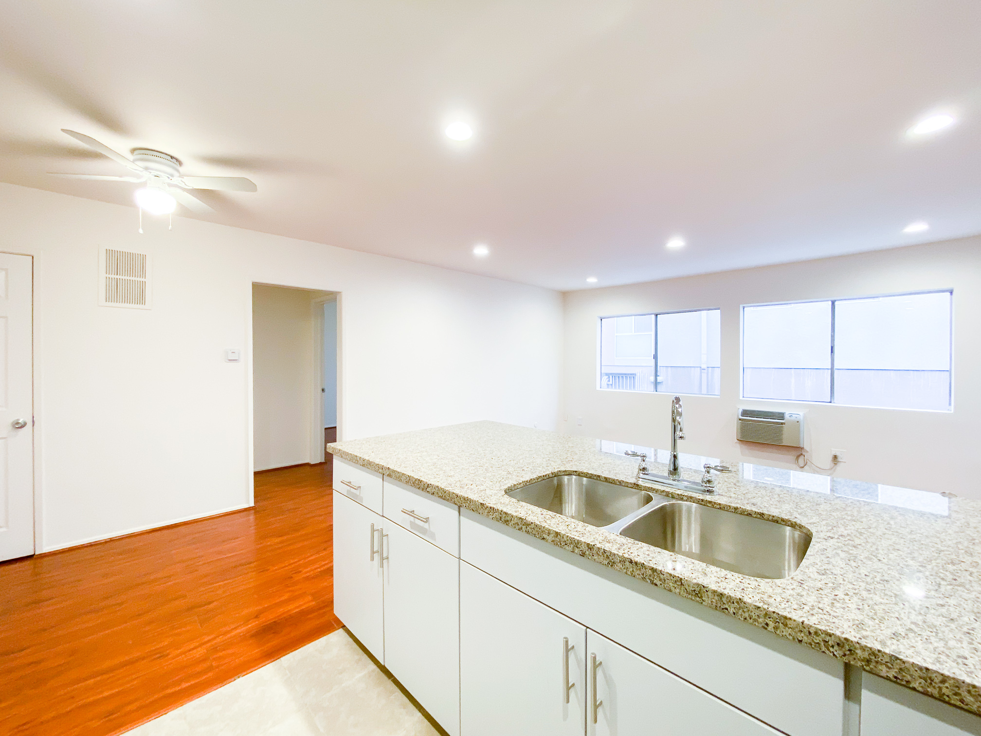 LIGHT & BRIGHT! SUPER SPACIOUS, 1 BEDROOM - UPDATED AND STYLISH KITCHEN -DW - AC- PARKING- CLOSE TO DTLA AND USC!