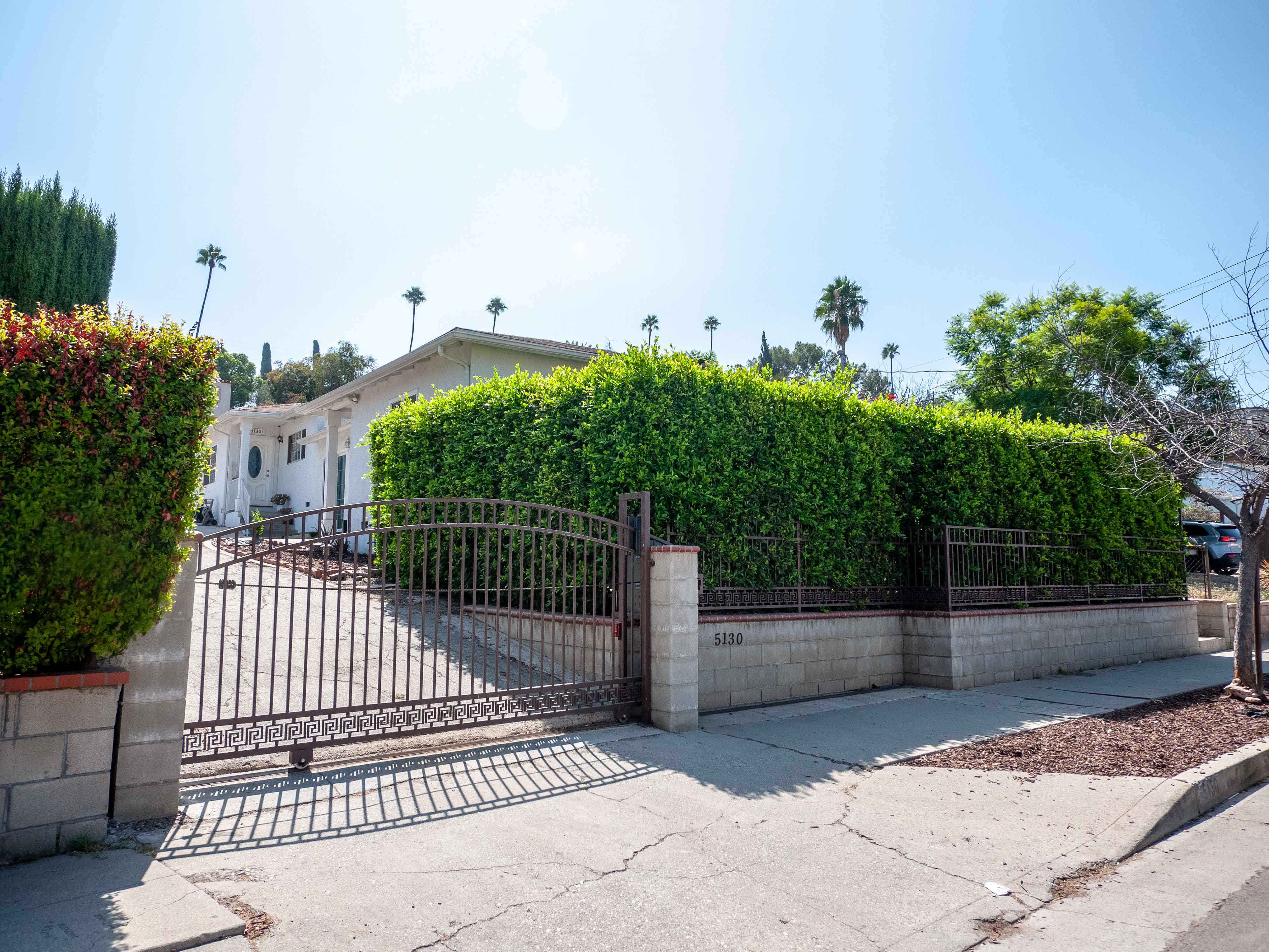 OPEN AND BRIGHT DUPLEX IN EL SERENO  2/2 With BONUS ROOM   PRIVATE FRONT YARD   + CENTRAL AC & PARKING INCLUDED!