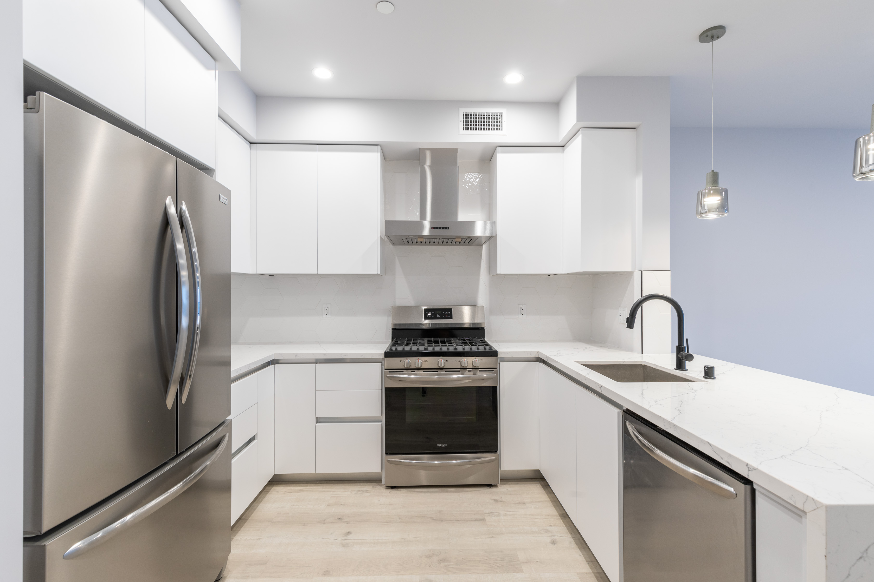 2BR/ 2BA W/ LARGE PRIVATE PATIO, ROOFTOP, GYM, & 2 PARKING SPACES IN A MARVELOUS LUXURY BUILDING